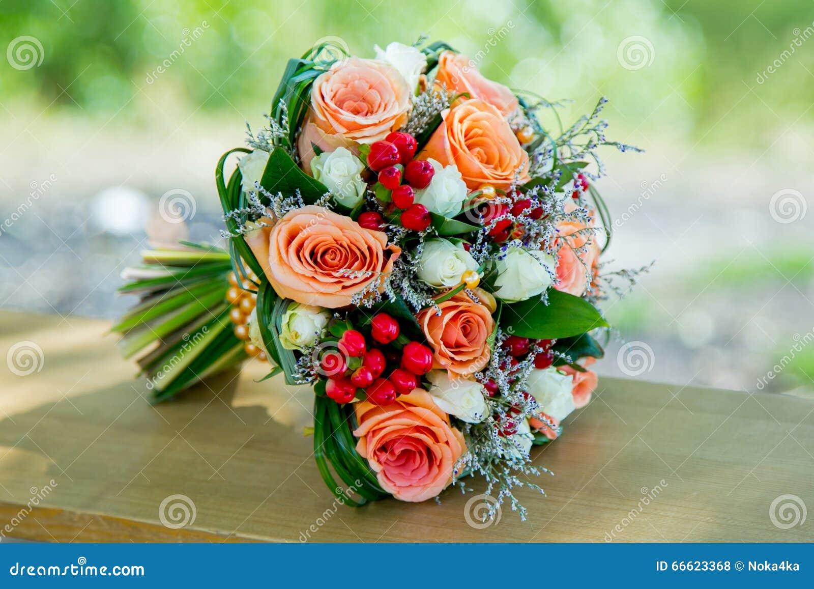 Buketten blommar orange bröllop