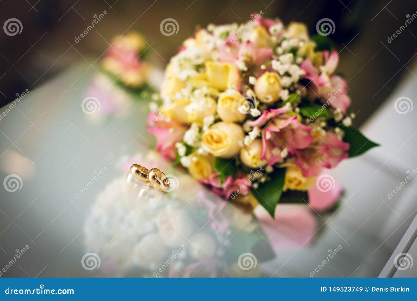 Buketten ringer br?llop attributen av brudgummen par som nytt att gifta sig f?rberedelserna av brudgummen