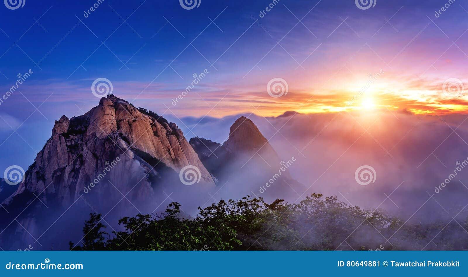 Bukhansan山在早晨雾和日出之前包括