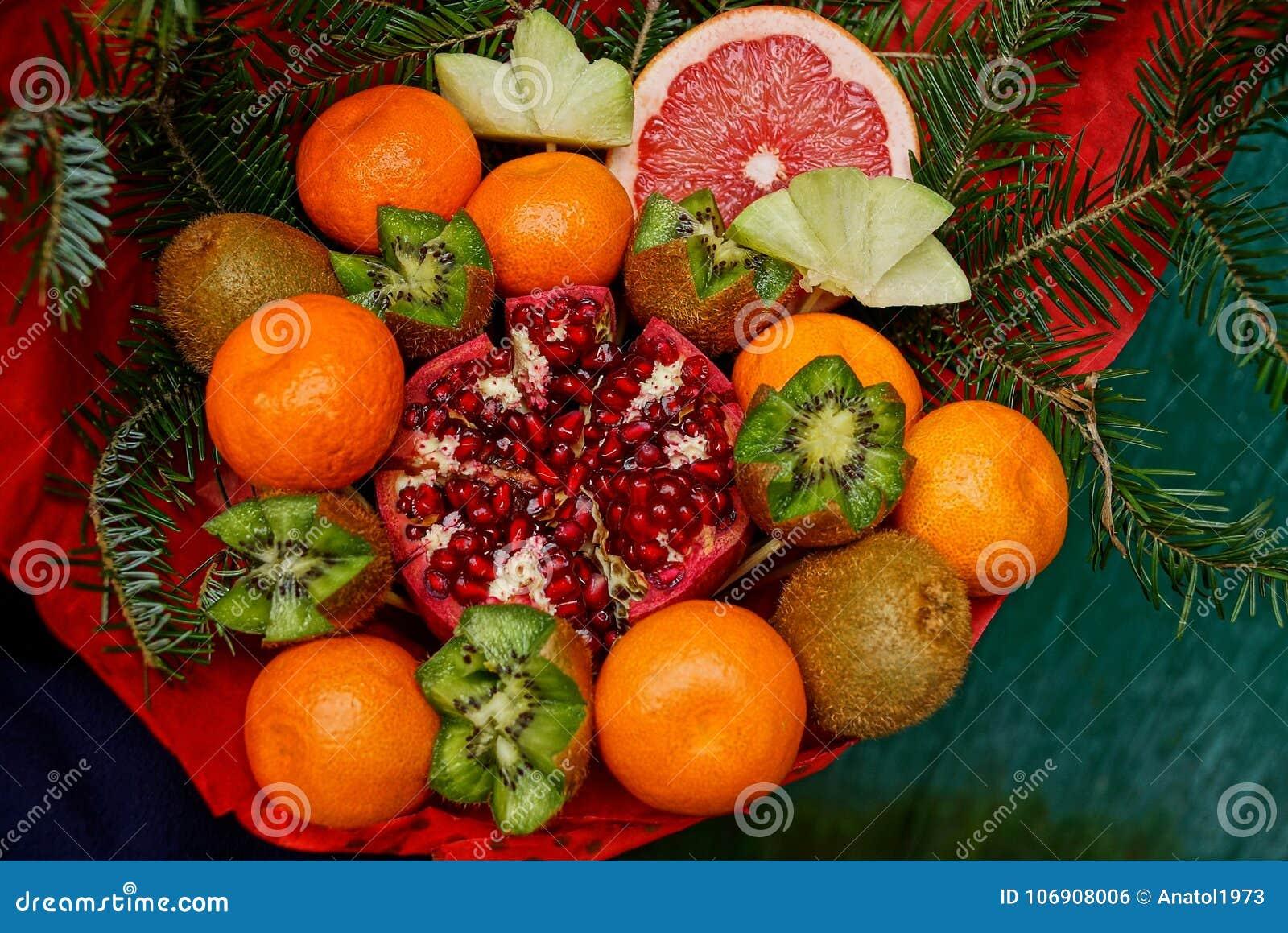 Bukiet świeże owoc i czerwony granatowiec z iglastymi gałąź