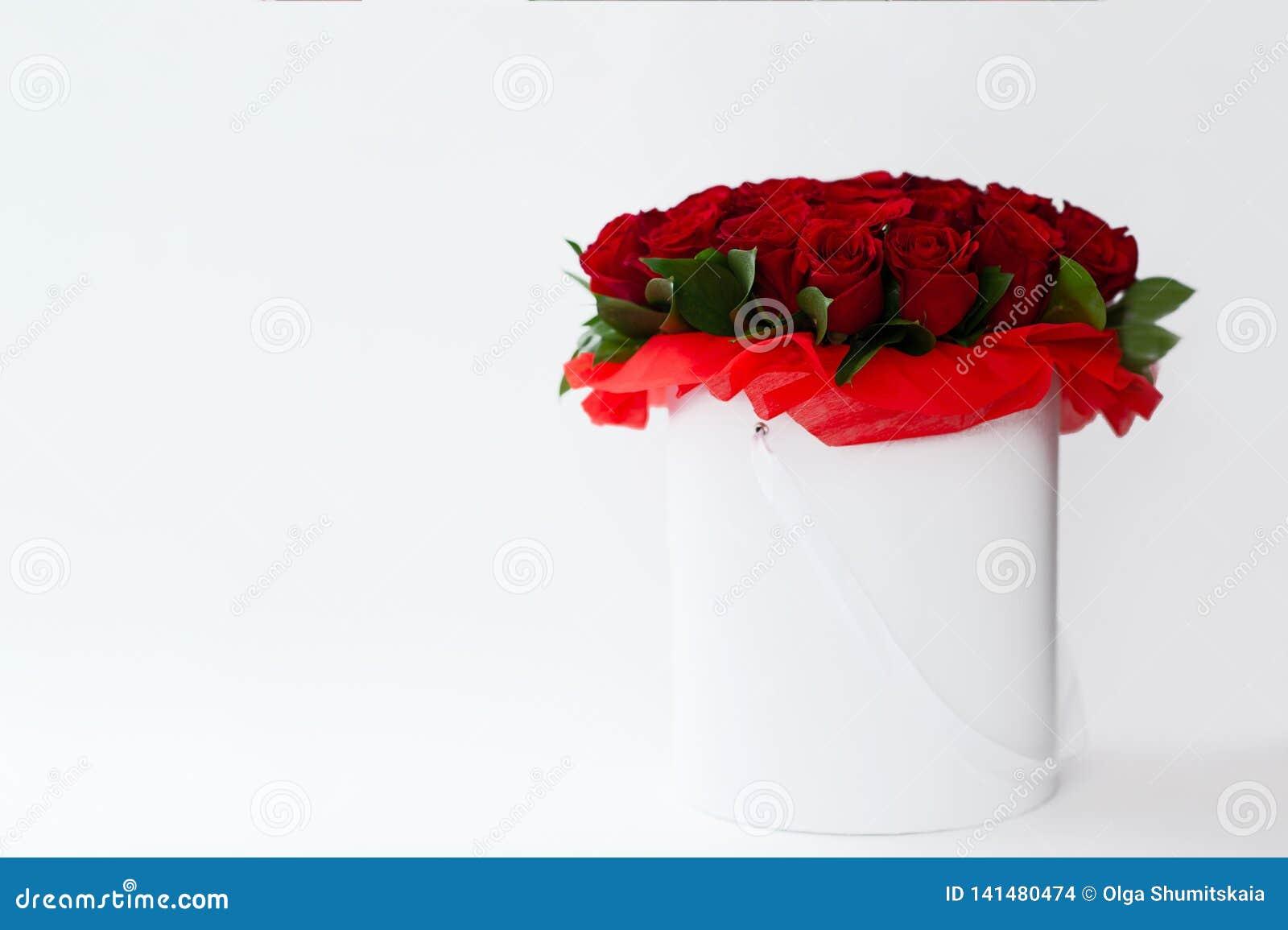 Bukiet czerwony rosesbouquet czerwone róże w białym pudełku na białym tle odizolowywającym