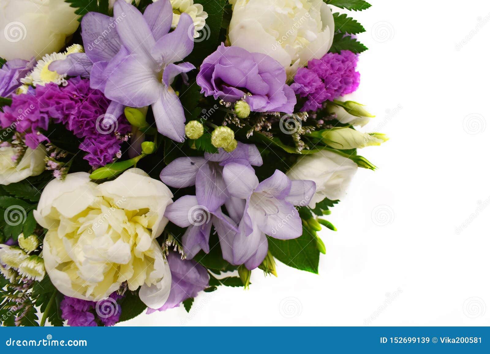 Bukiet kwiaty na białym tle z odbitkowym miejscem