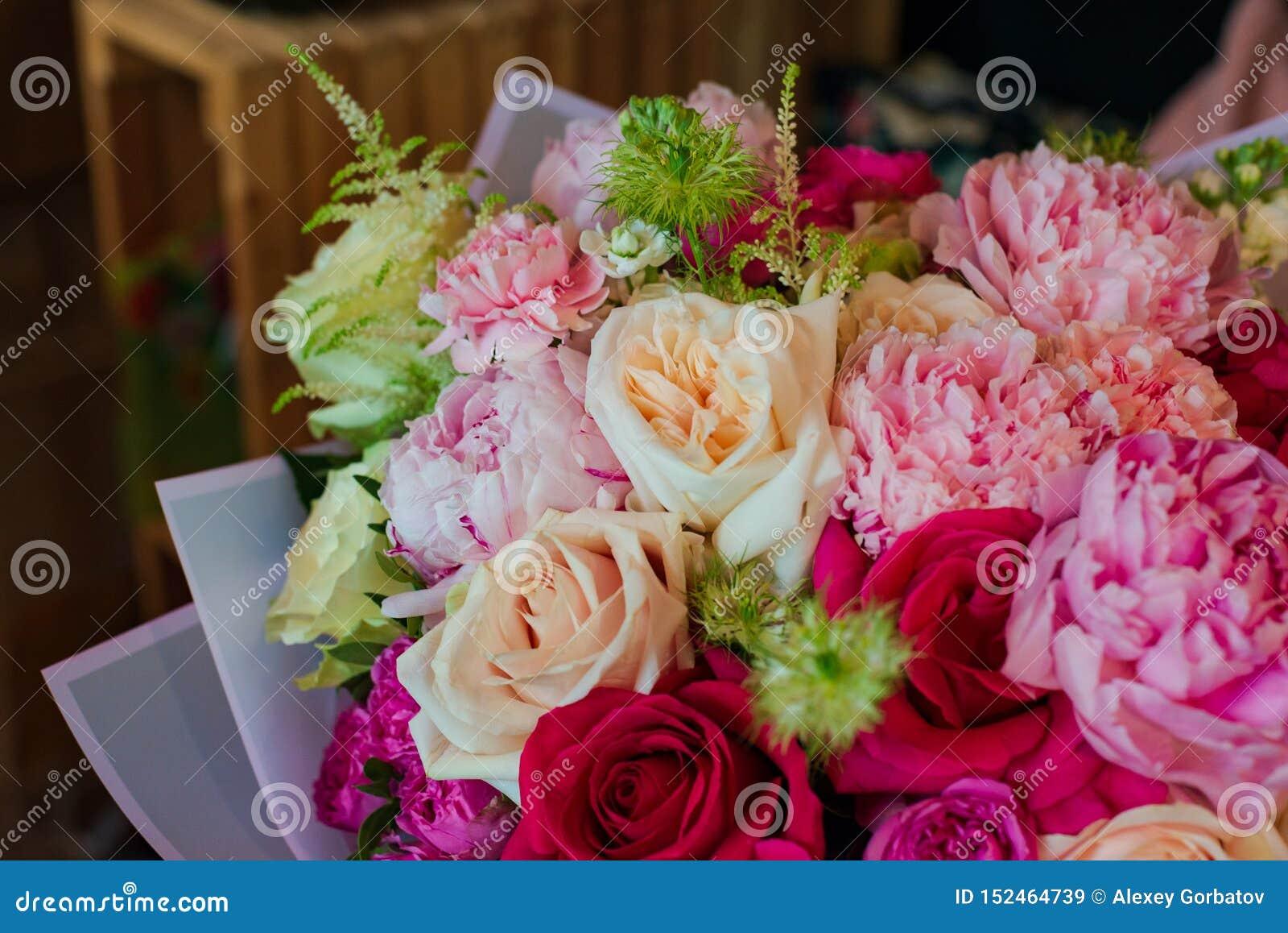Bukiet kwiaty od anemonu Ranunculus różanego mattiola Tulipanowego eukaliptusowego narcyza dla wakacje lub ślubu