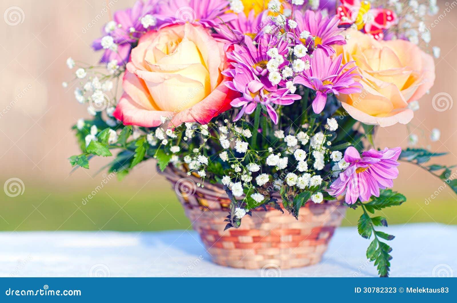 Zupełnie nowe Bukiet kwiaty w koszu obraz stock. Obraz złożonej z kolorowy DI13