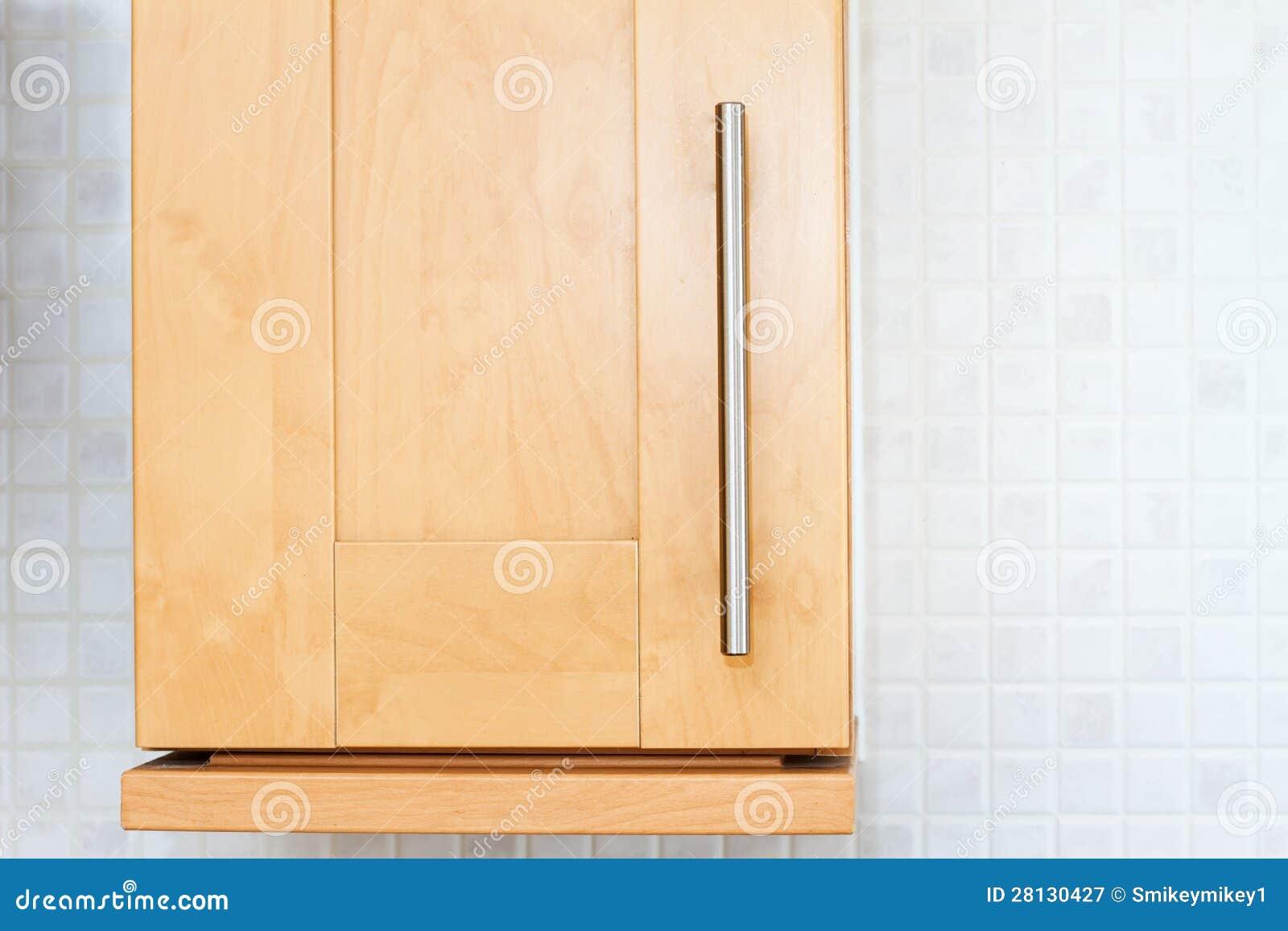 Bukowa drewniana kuchenna spiżarnia w białej kuchni