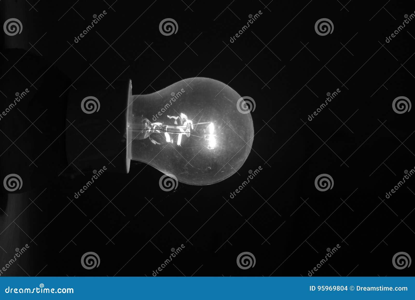 Bulbo en el cuarto oscuro foto de archivo. Imagen de filamento ...