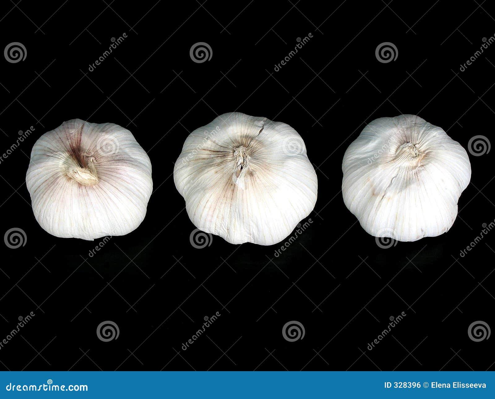 Bulbos del ajo en el negro 2