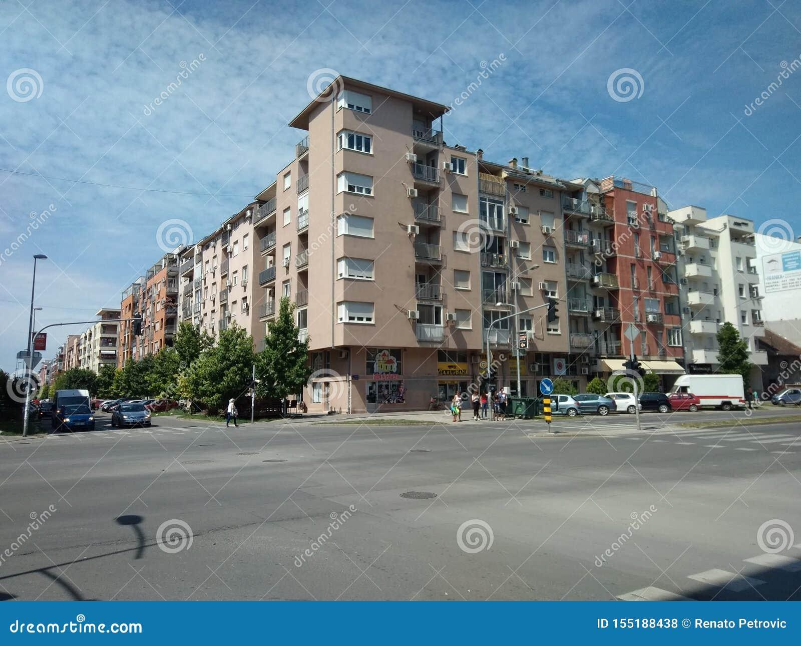 Bulevar Evropa看法在诺维萨德,塞尔维亚,天空蔚蓝