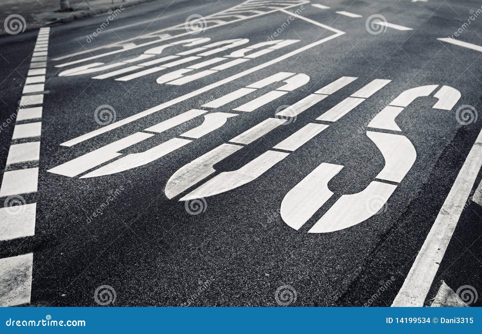 Bulevard de la ciudad con la designación del tráfico