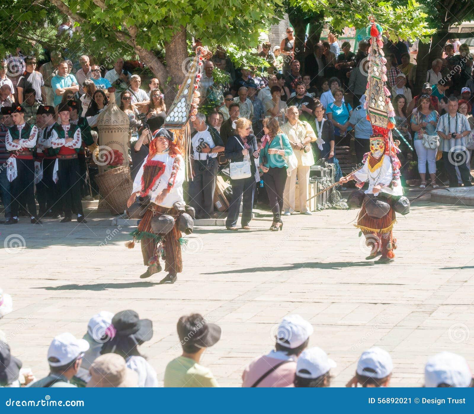 Bulgaria Giovani ballerini nel festival piega in Karlovo