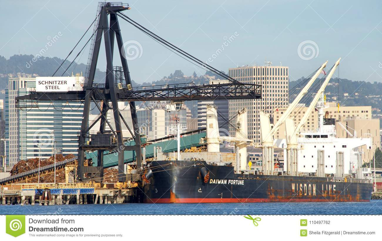 Bulk Carrier DAIWAN FORTUNE Loading At The Port Of Oakland Editorial - Schnitzer scrap