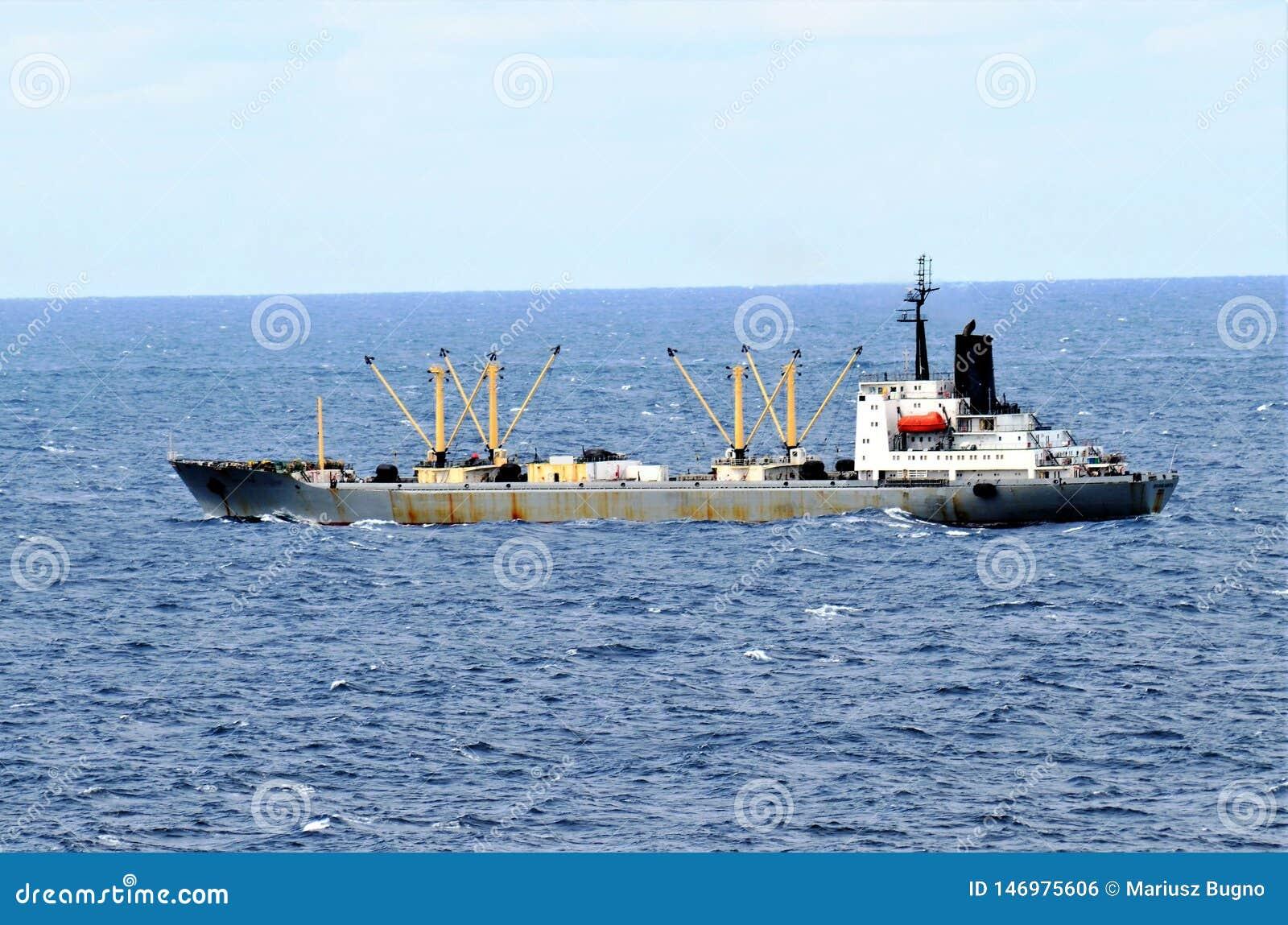 Bulkcarrierschip die door kalme Vreedzame Oceaan varen