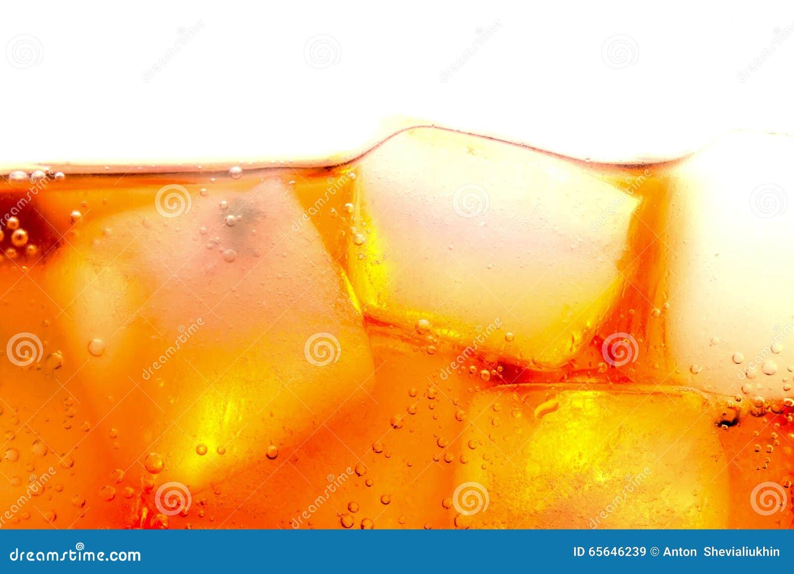 Bulles de glaçons de kola macro sur le blanc