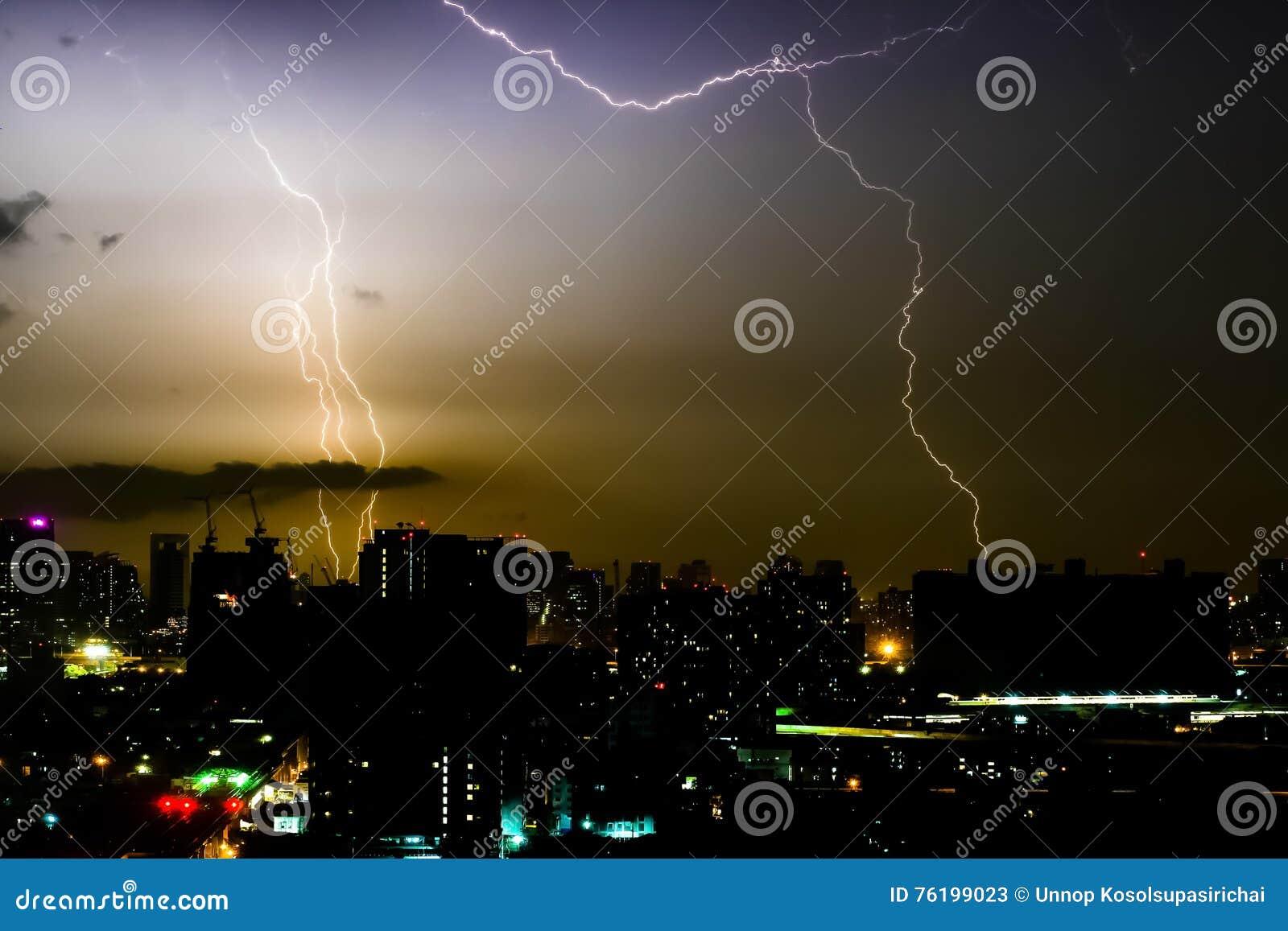 Bullone di illuminazione di temporale sullo scape orizzontale