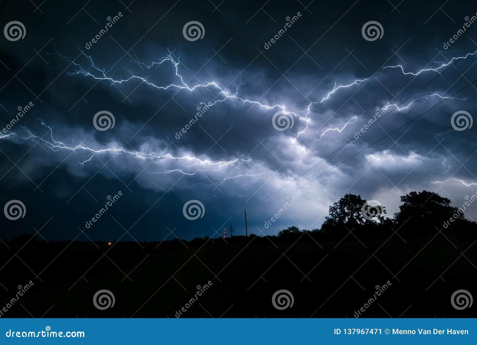 Bulloni di fulmine biforcati e ramificati multipli nel cielo sopra il Nebraska di nordest
