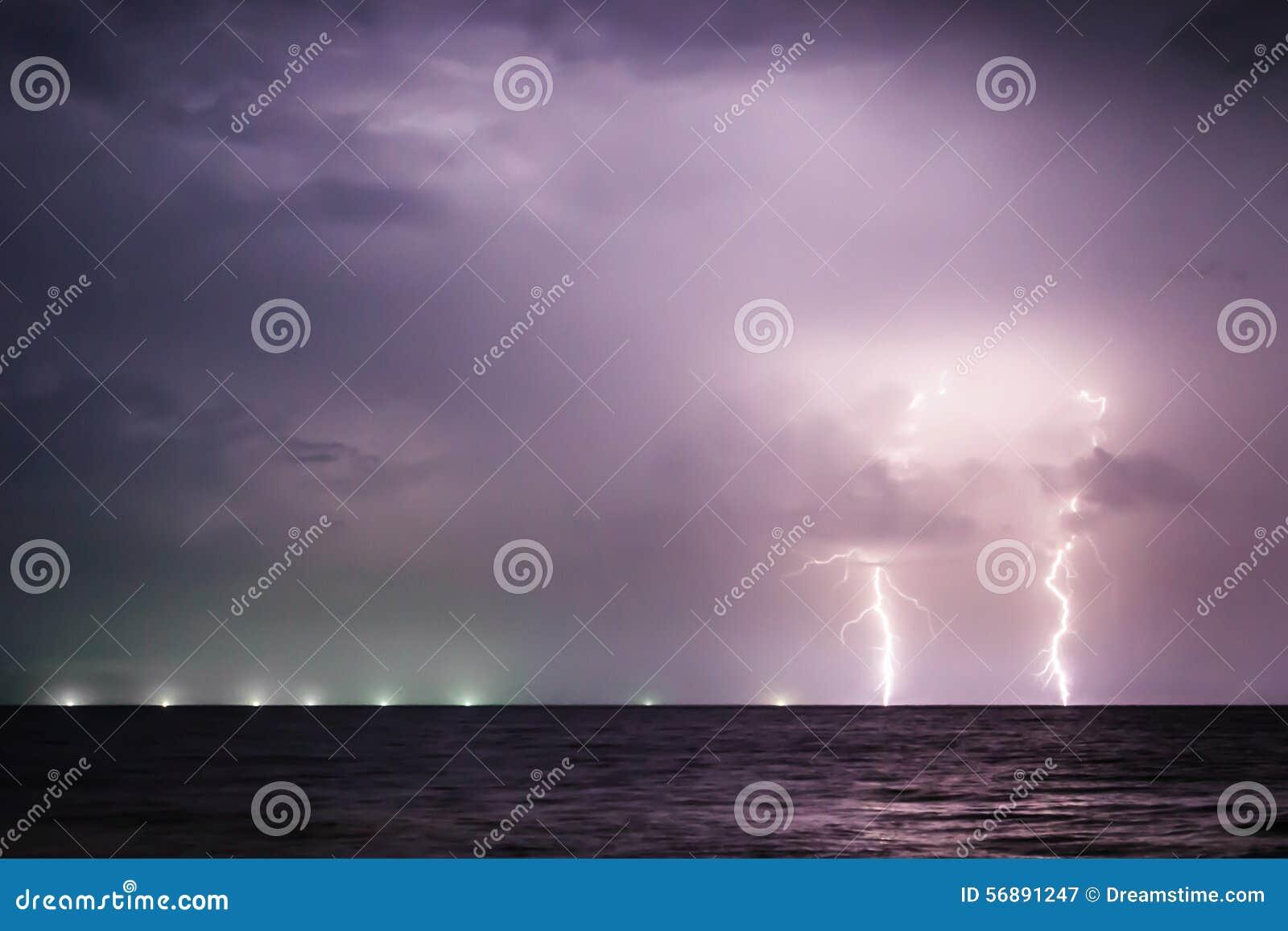 Bulloni di fulmine gemellati sul mare