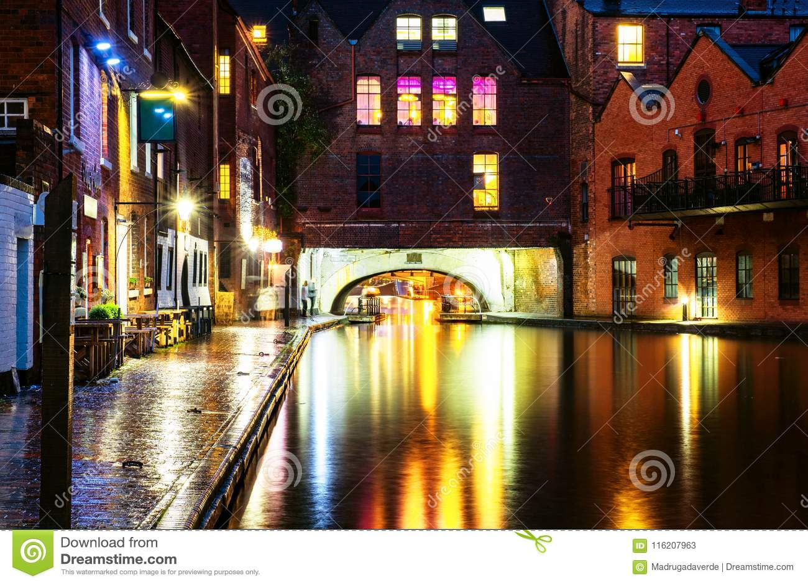 Bulwary podczas deszczu w wieczór przy sławnym Birmingham kanałem w UK