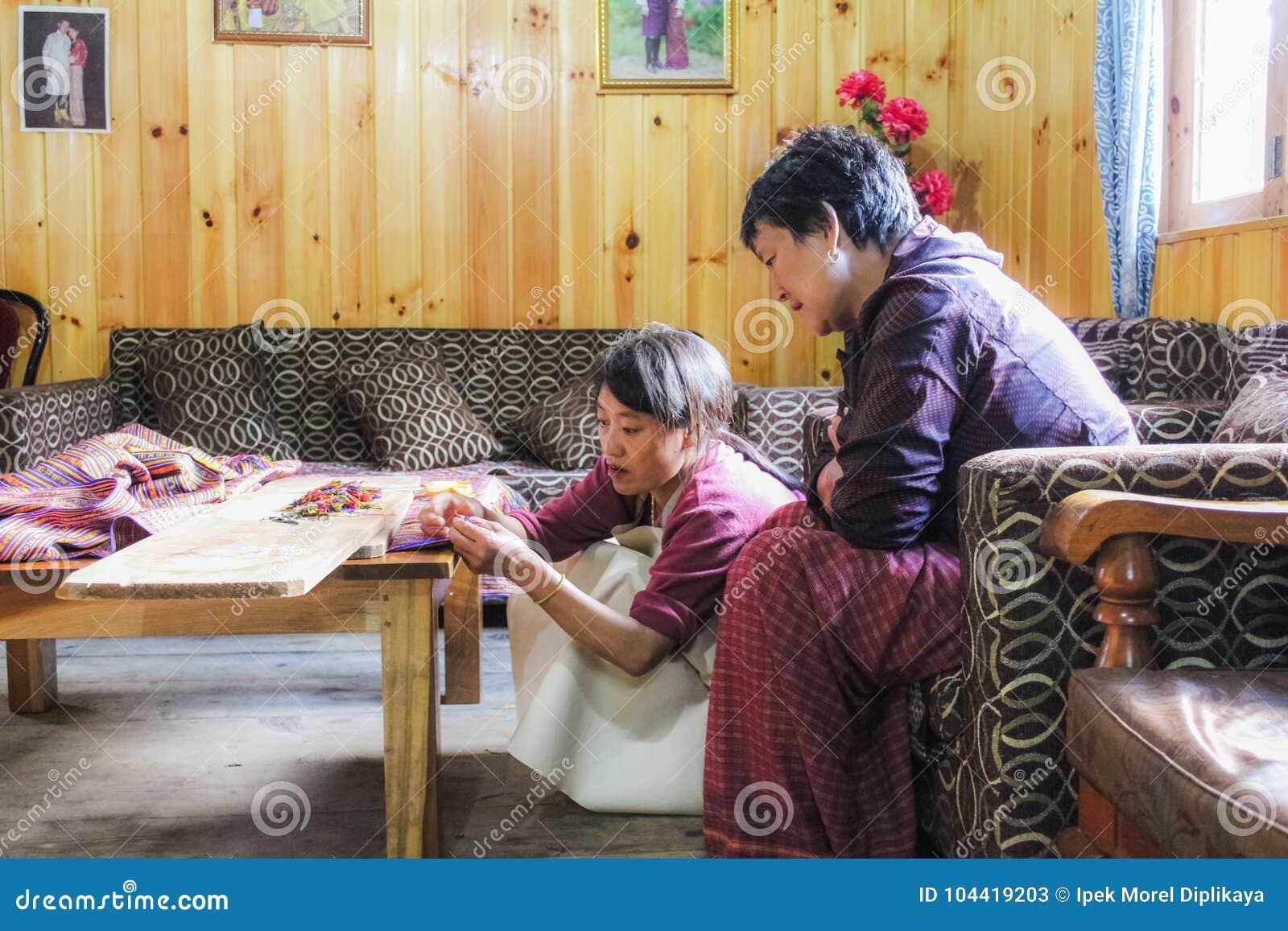 Bumthang, Butão - 14 de setembro de 2016: Tecelões e embroiderers butaneses da mulher no trabalho em Bumthang, Butão, Ásia