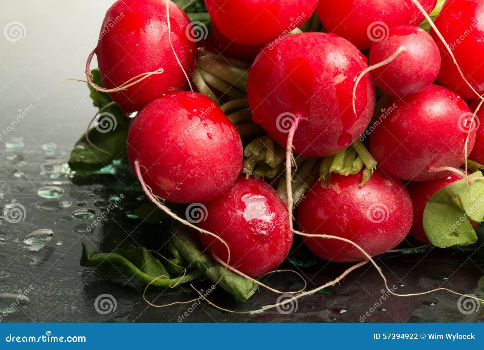 Bundel van rode radijzen op vertoning, close-up