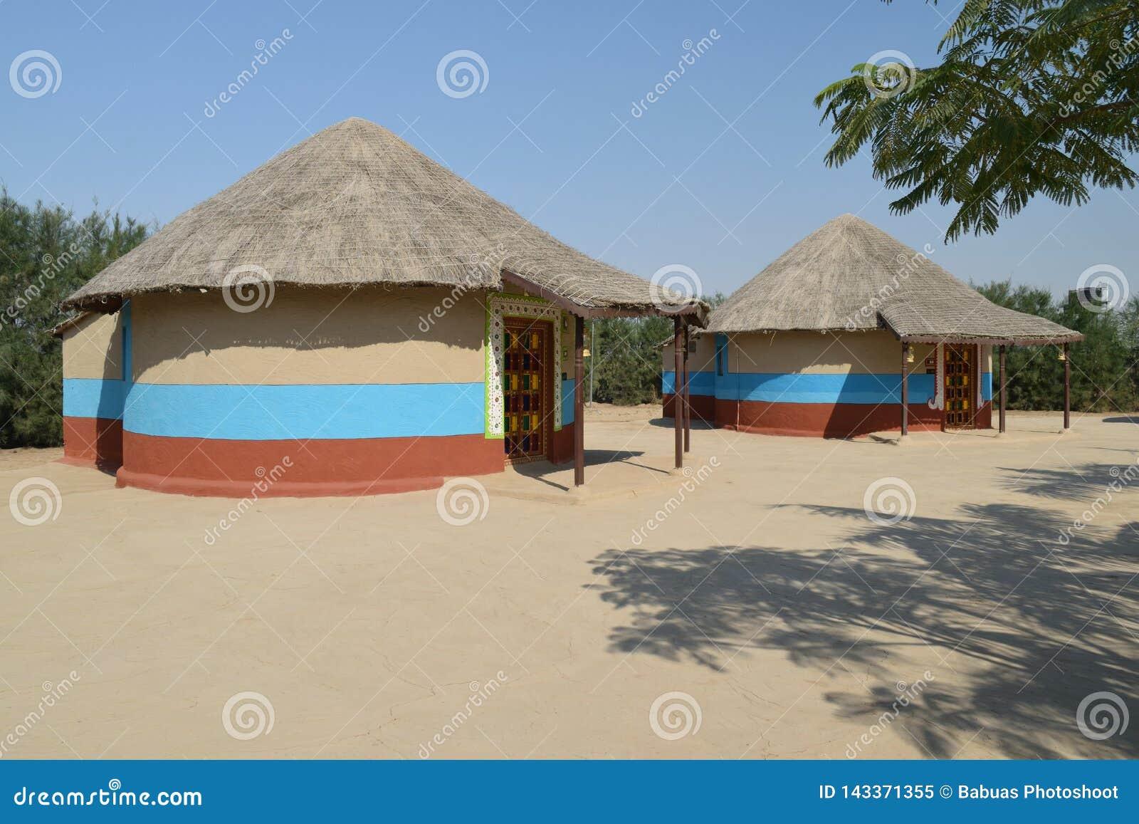 Bunga, une maison cylindrique de boue avec le toit couvert de chaume