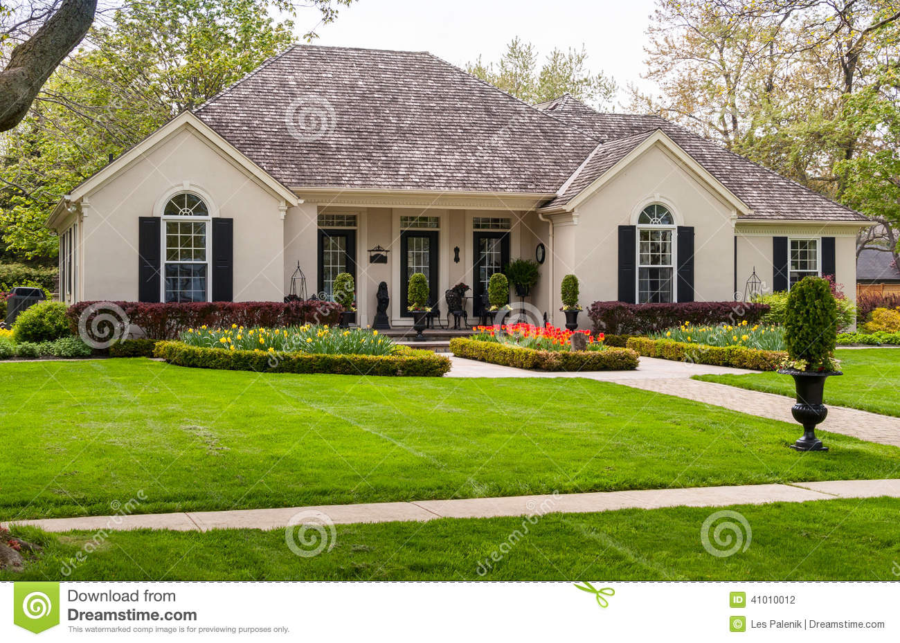 Bungalow con un abbellimento piacevole fotografia stock for Lawn designs for small homes