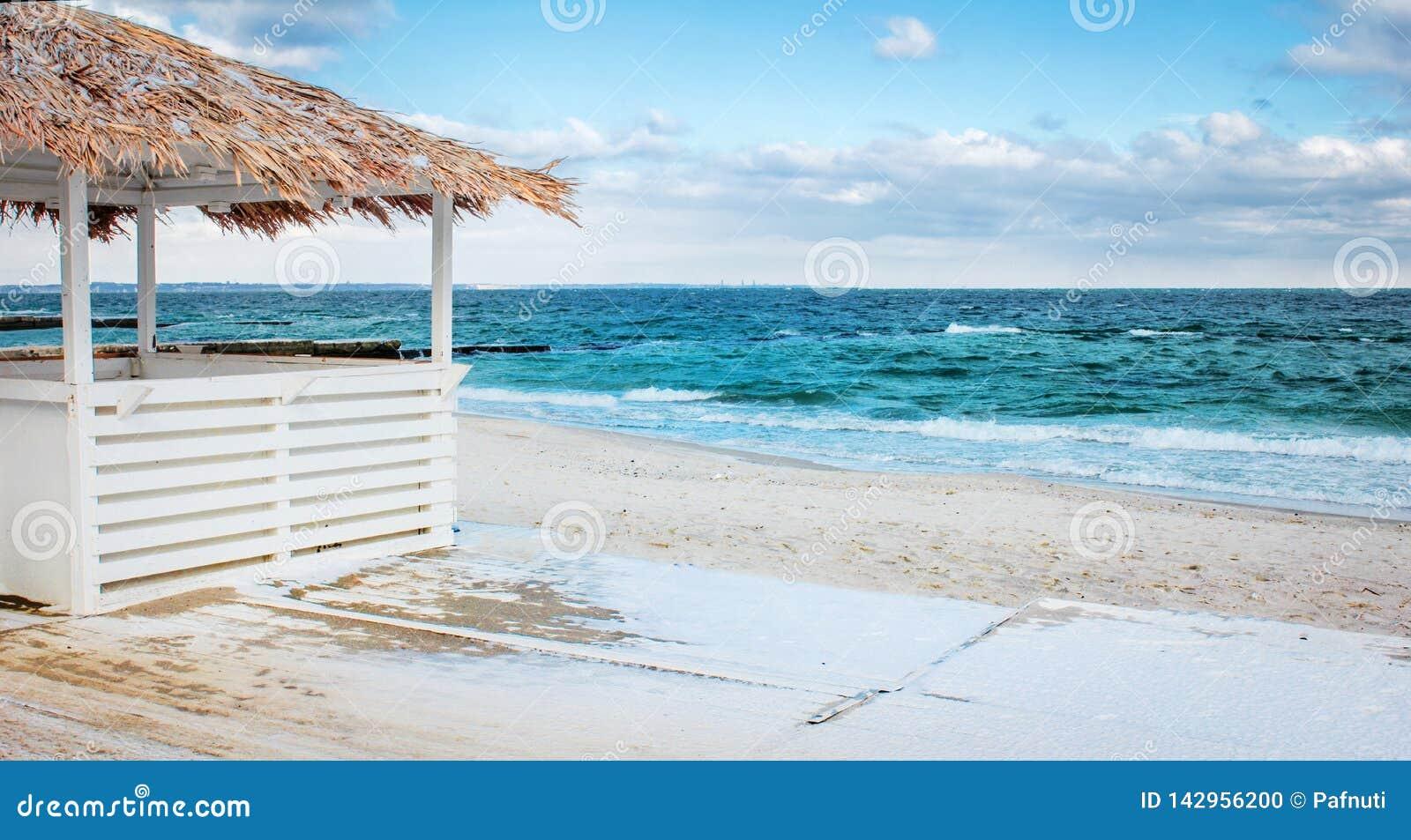 Bungalow på en sandig strand vid havet
