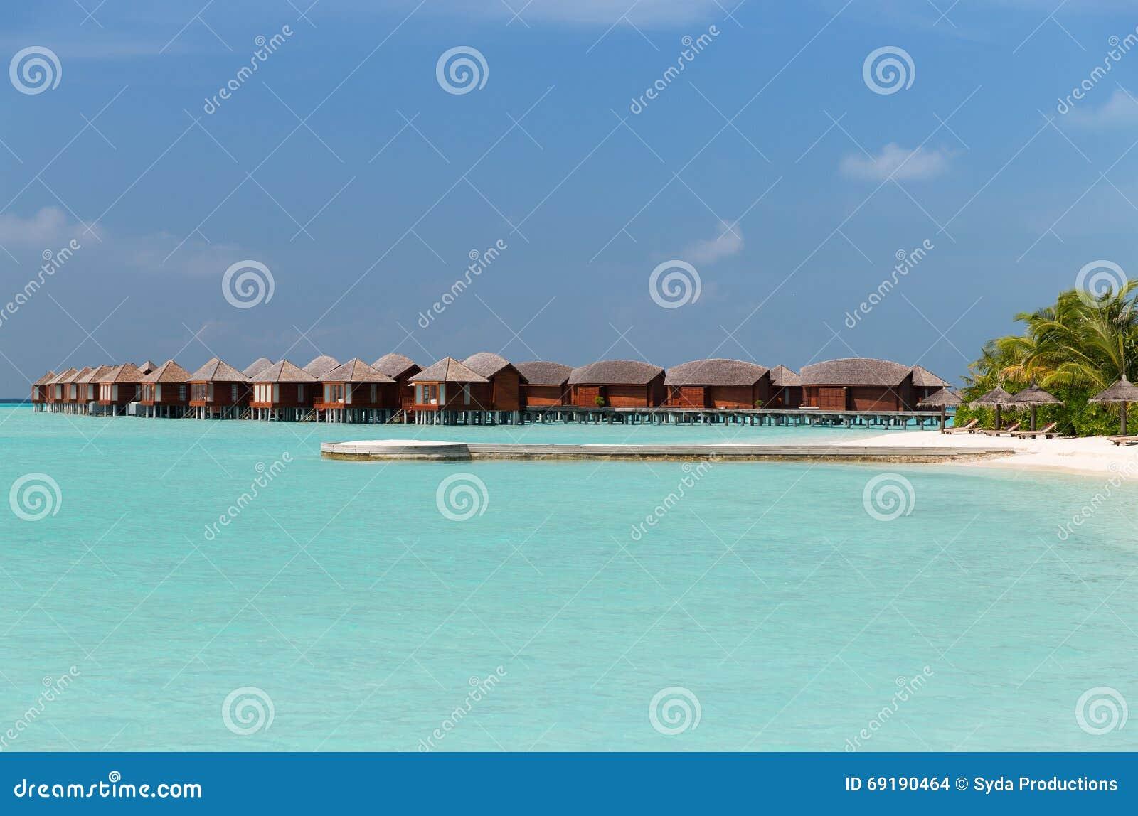 bungalowh tten im meerwasser auf exotischem erholungsort setzen auf den strand stockfoto bild. Black Bedroom Furniture Sets. Home Design Ideas