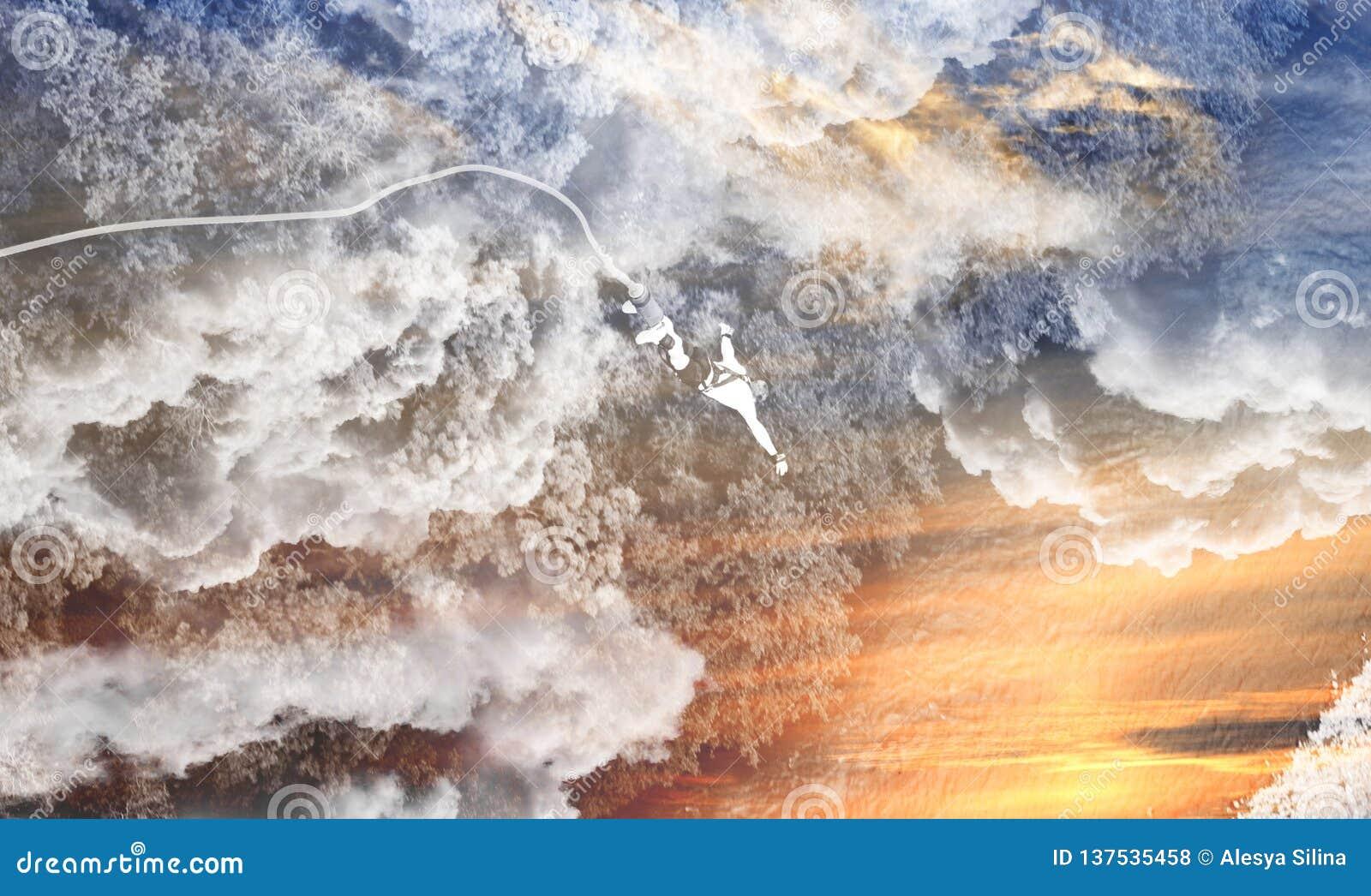 Bungeen som hoppar in i avgrunden, hoppar samtidigt i moln och vatten