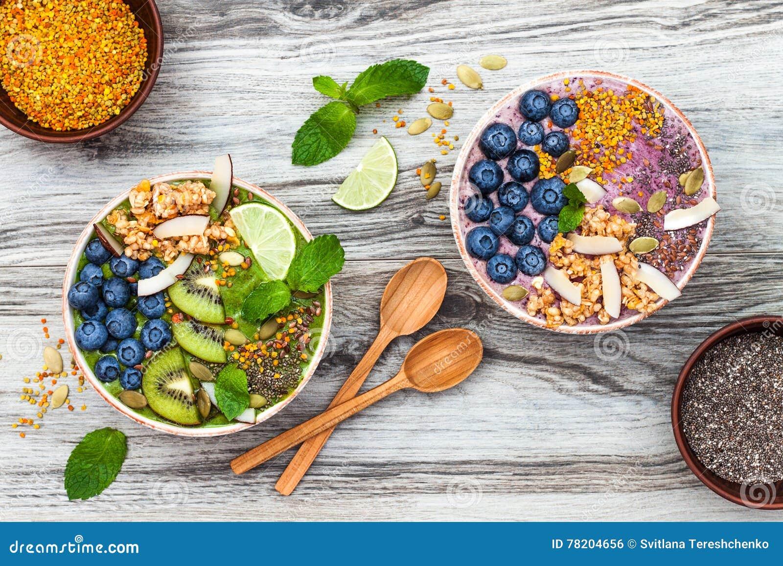 Bunkar för smoothies för superfoods för frukost Acai och för matcha för grönt te som överträffas med chia-, lin- och pumpafrö, bi