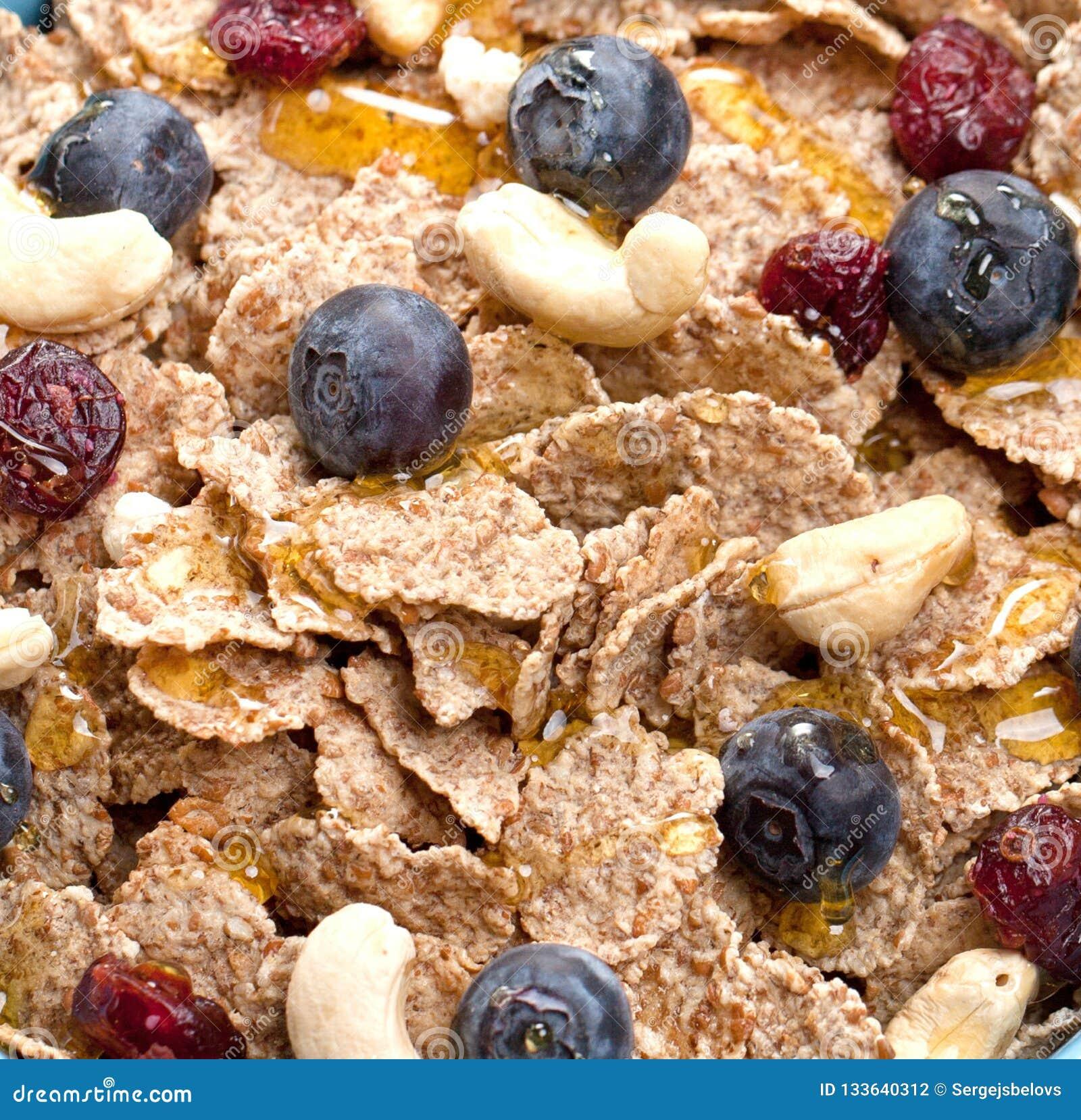 Bunke av hemlagad granola med yoghurt och nya bär på trä