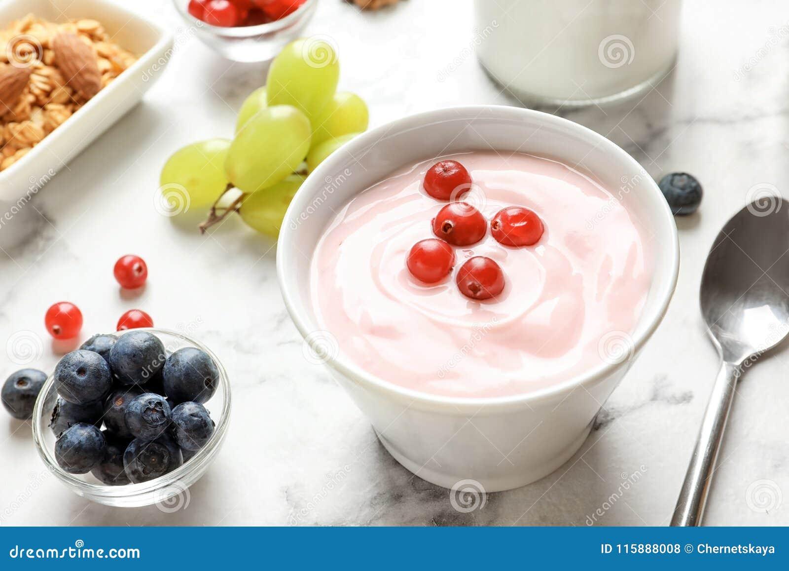 Bunke med smaklig yoghurt och bär