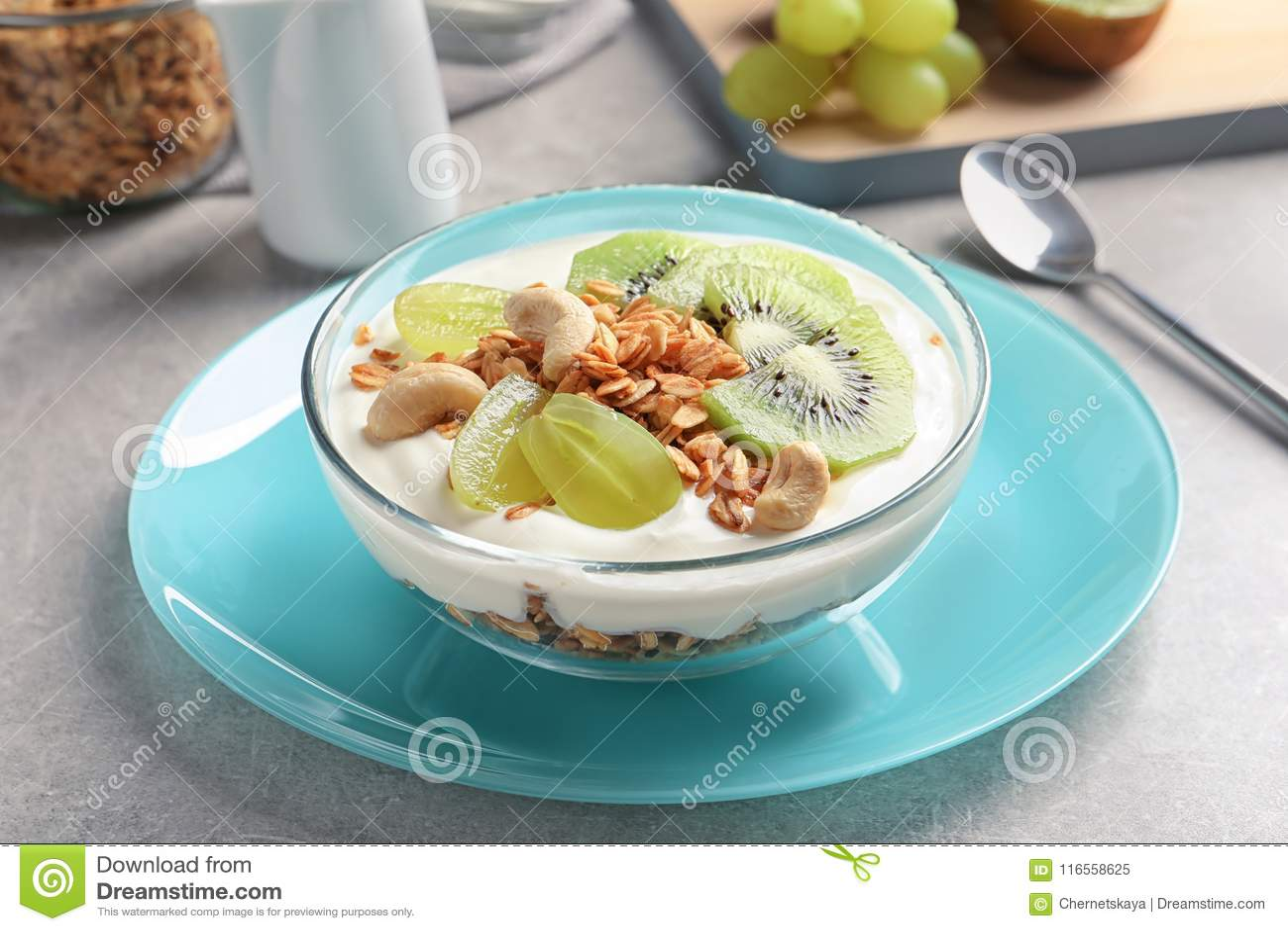 Bunke med yoghurt, frukter och granola