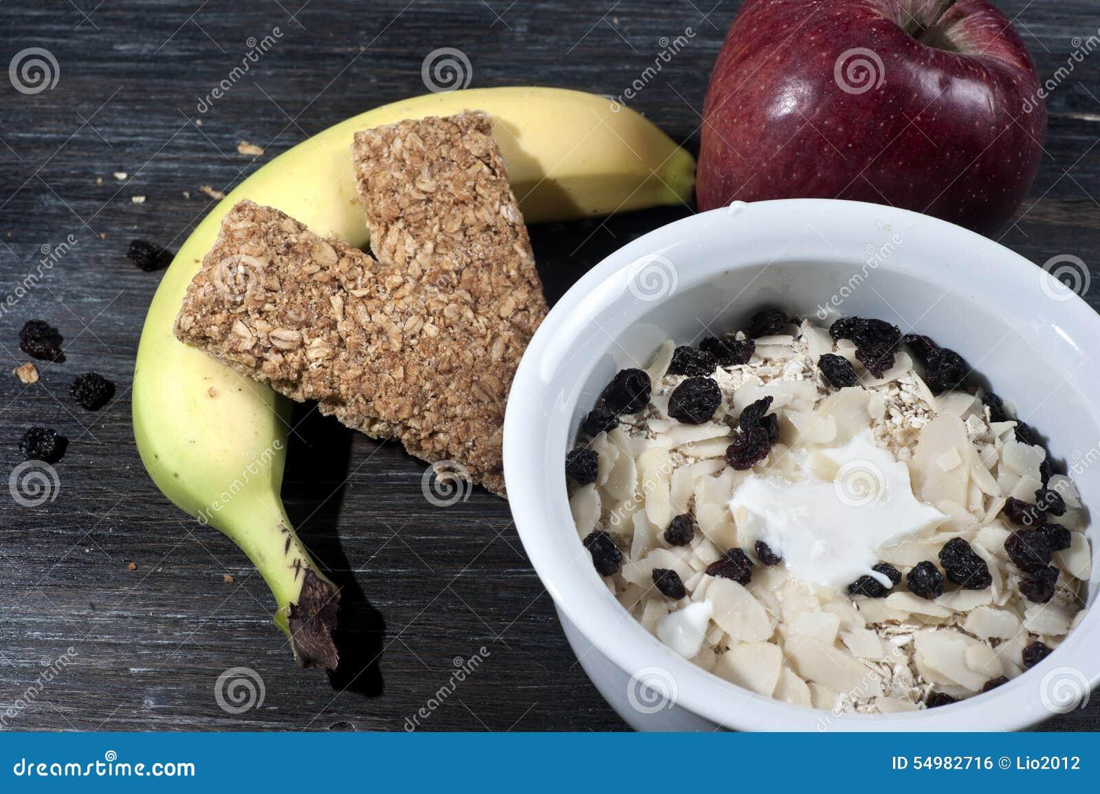 Bunke med yoghurt och mysli på golv