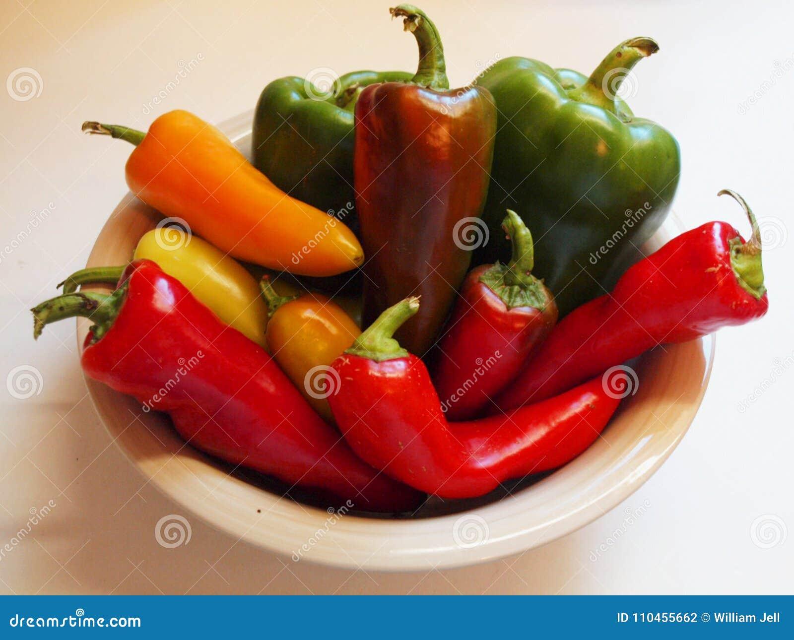 Bunken av trädgårds- peppar i regnbåge av färger gör grön röd orange guling