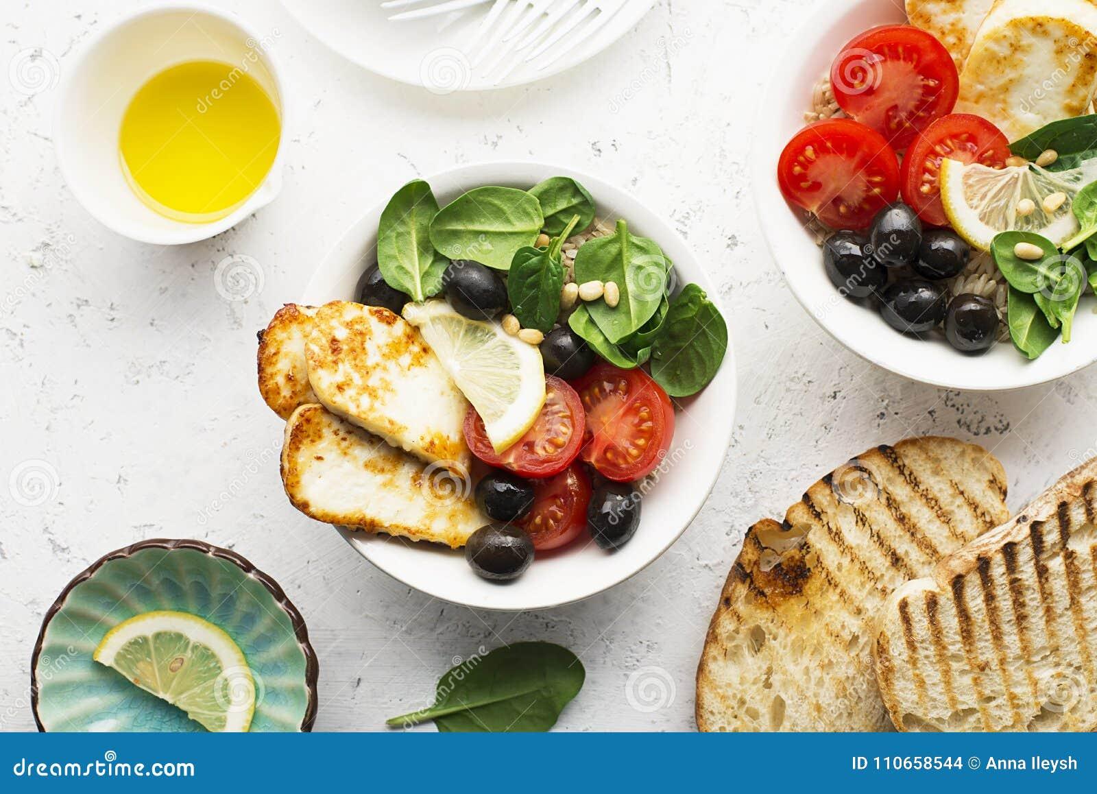 Bunken för osthaloumiråriers med tomater, oliv, citron och sörjer muttrar Top beskådar