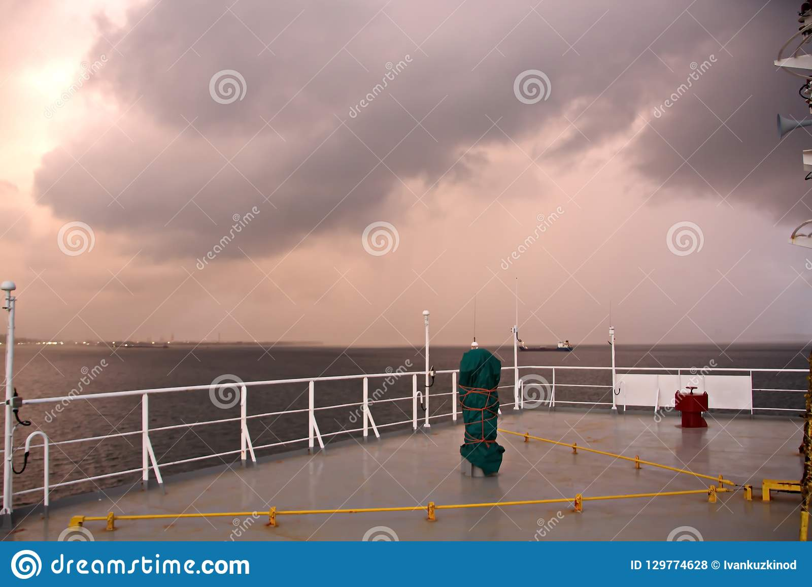 Bunkering的船海岸线和路的风景视图  特立尼达和多巴哥海岛