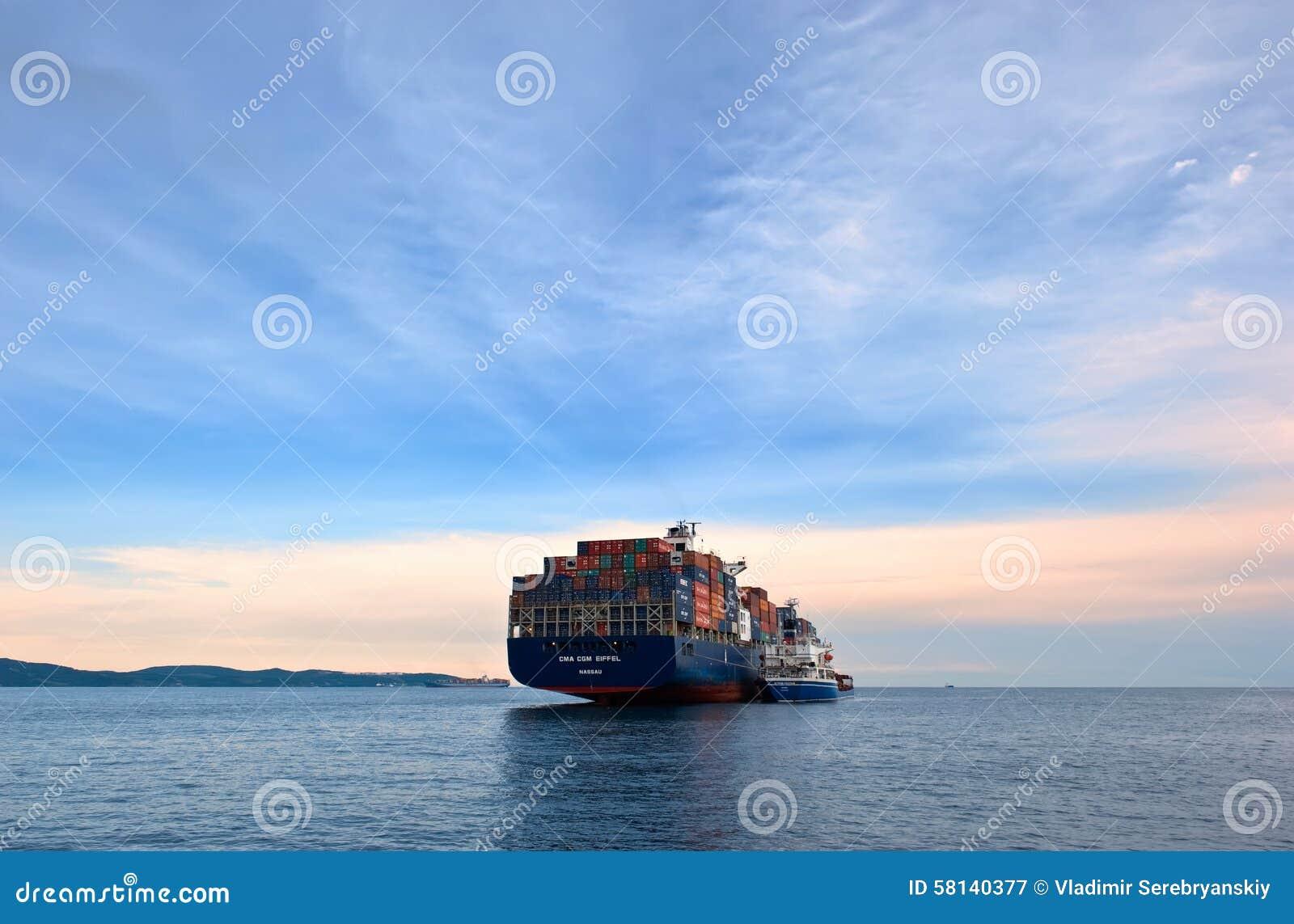 Bunkra för öbehållare för tankfartyg rysk CMA för skepp CGM Eiffel Nakhodka fjärd Östligt (Japan) hav 30 06 2015