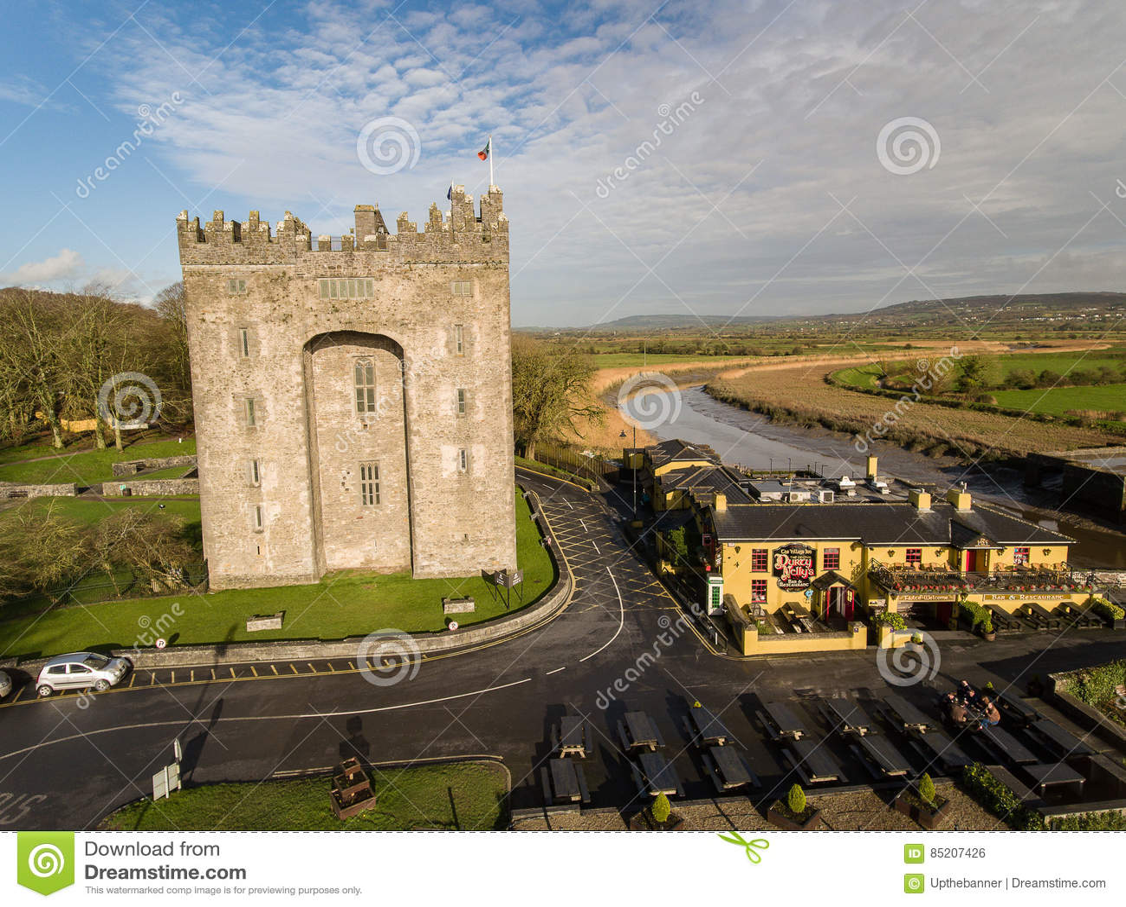Bunratty Durty Nelly i kasztelu ` s pub Irlandia, Jan, - 31st 2017: Widok z lotu ptaka Irlandia ` s sławny kasztel i irlandczyka