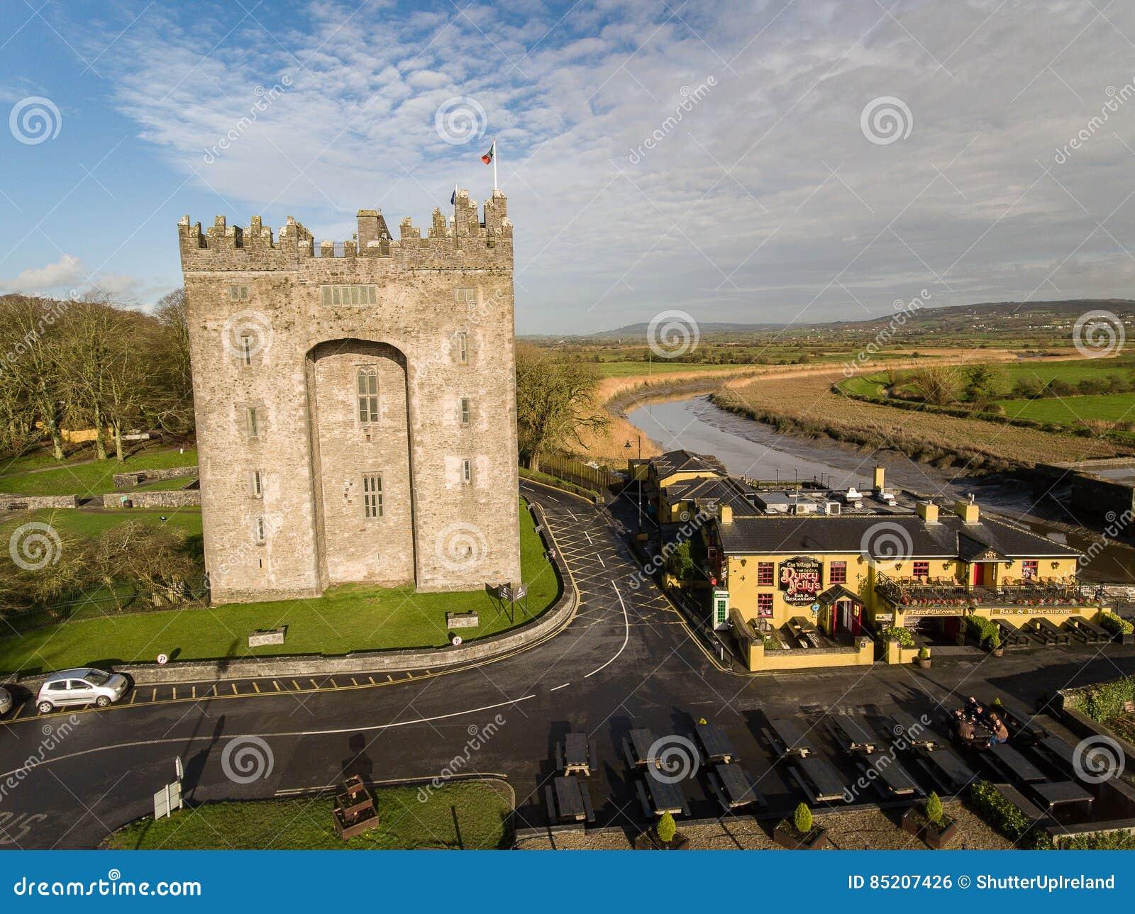 Bunrattykasteel en de Bar van Durty Nelly ` s, Ierland - 31 Januari 2017: Luchtmening van beroemdste Kasteel van Ierland ` s het