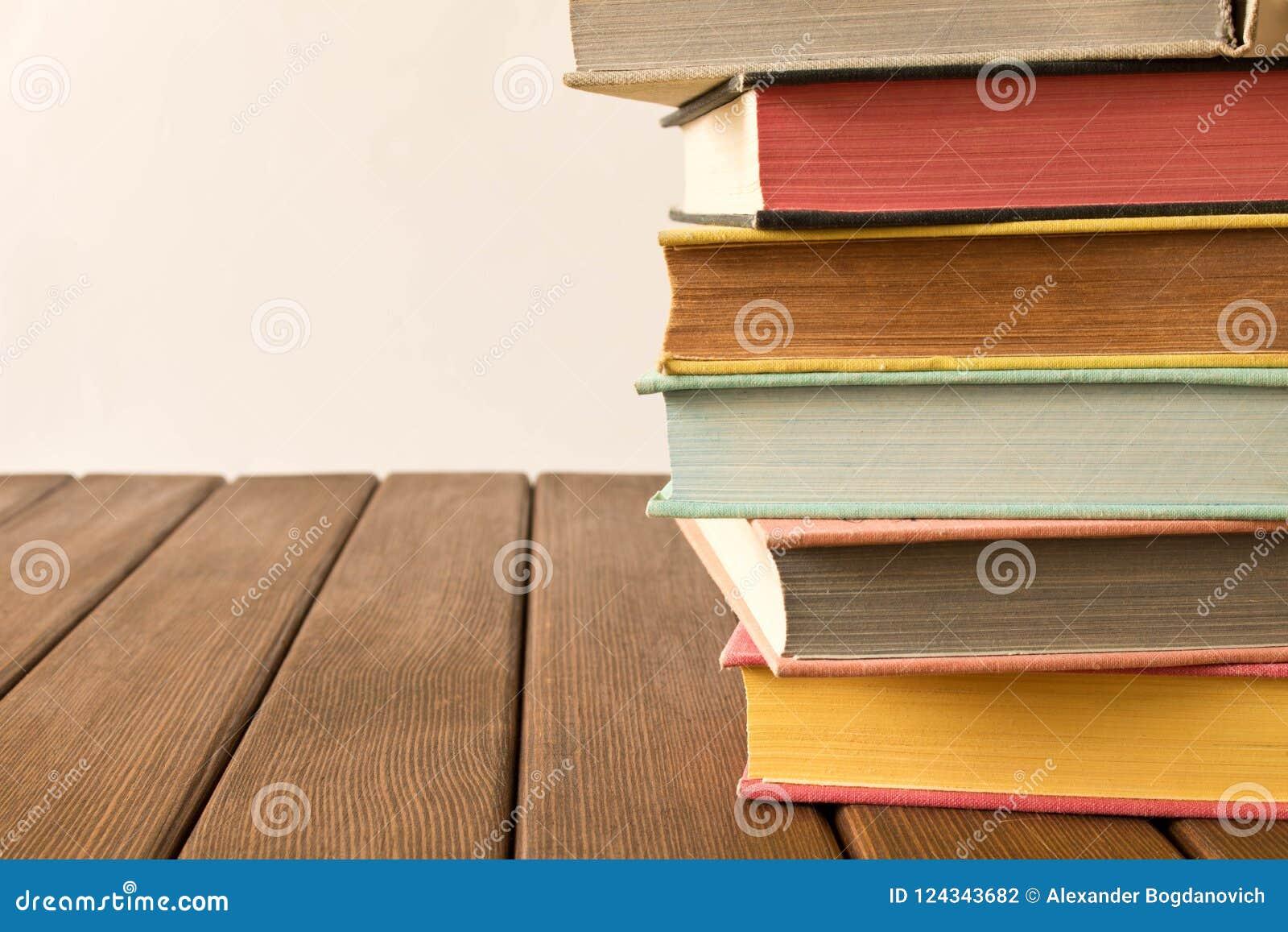 Bunt av böcker på en trätabell Begreppet av utbildning och kunskap från böcker close upp Med tomt utrymme för text