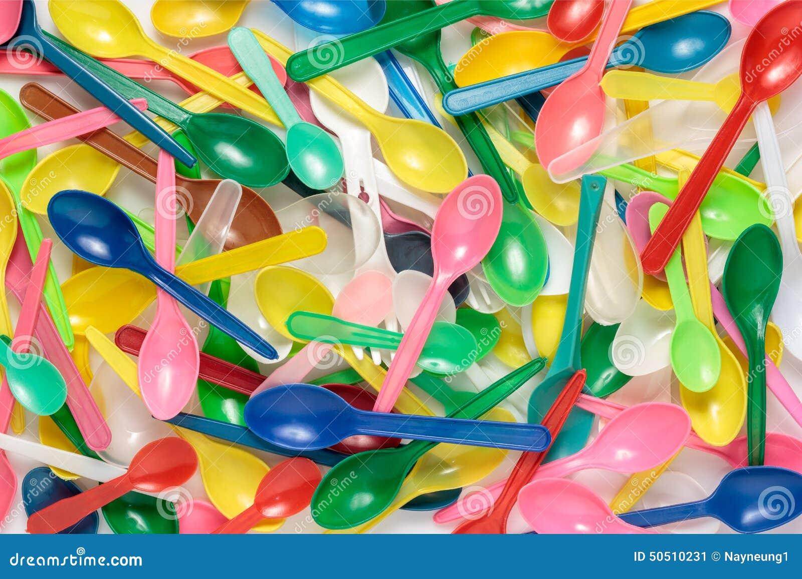 Bunt av färgglade plast- skedar