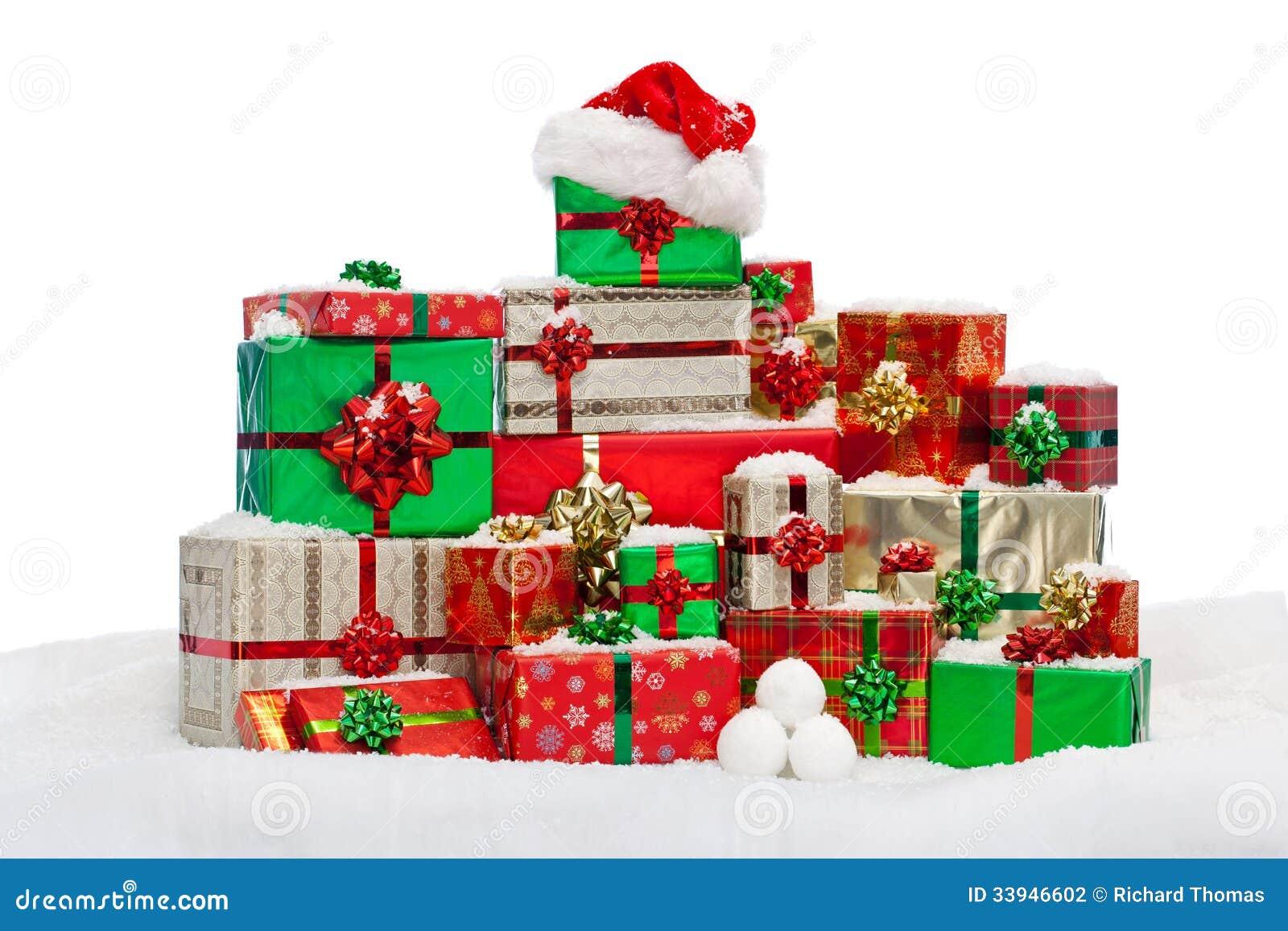 Bunt av gåva slågna in julklappar på snö