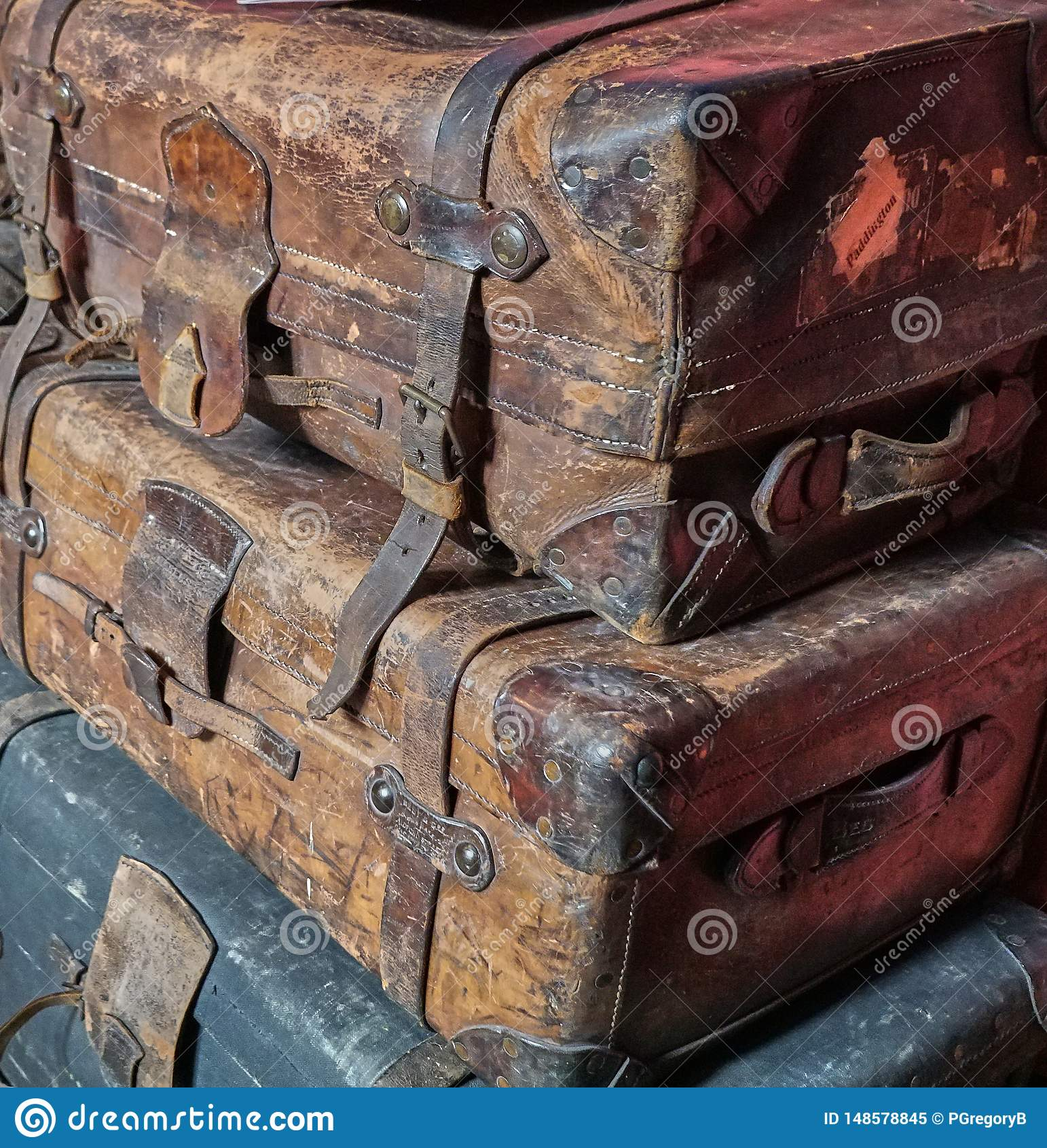 Bunt av gammalt slitet ut viktorianskt bagage