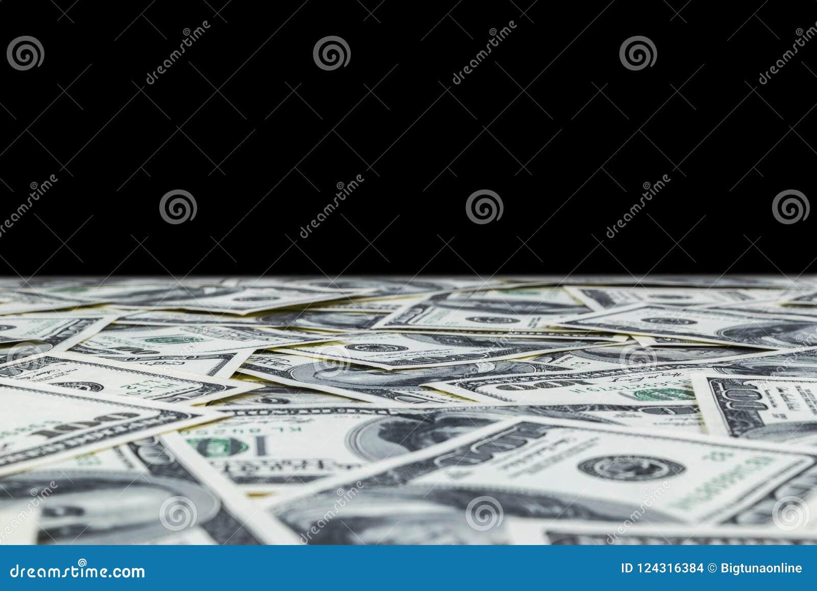 Bunt av hundra dollarräkningar som isoleras på svart bakgrund Bunt av kontanta pengar i hundra dollarsedlar Hög av hundra D