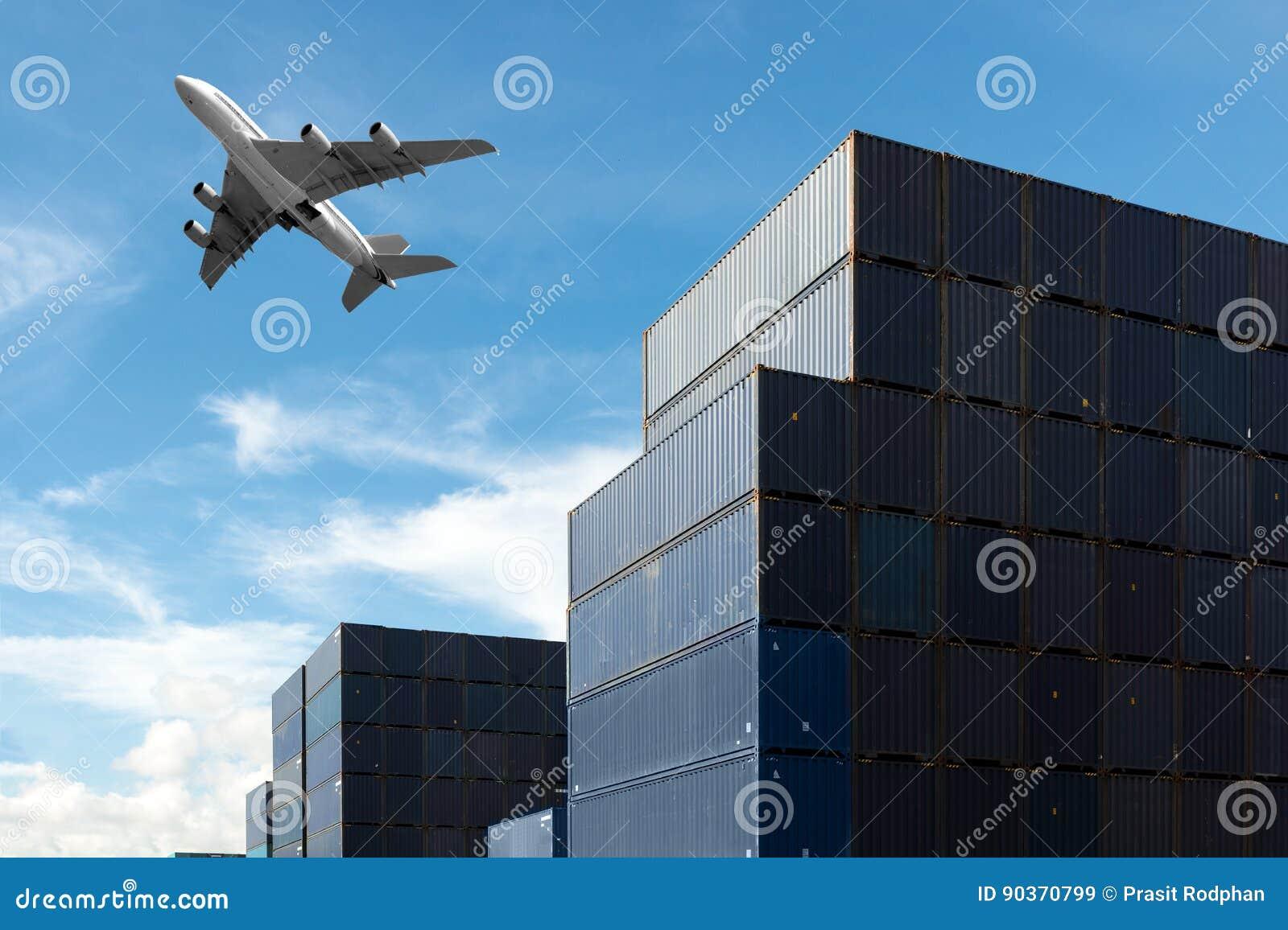 Bunt av lastbehållare på import- och exportområde på port