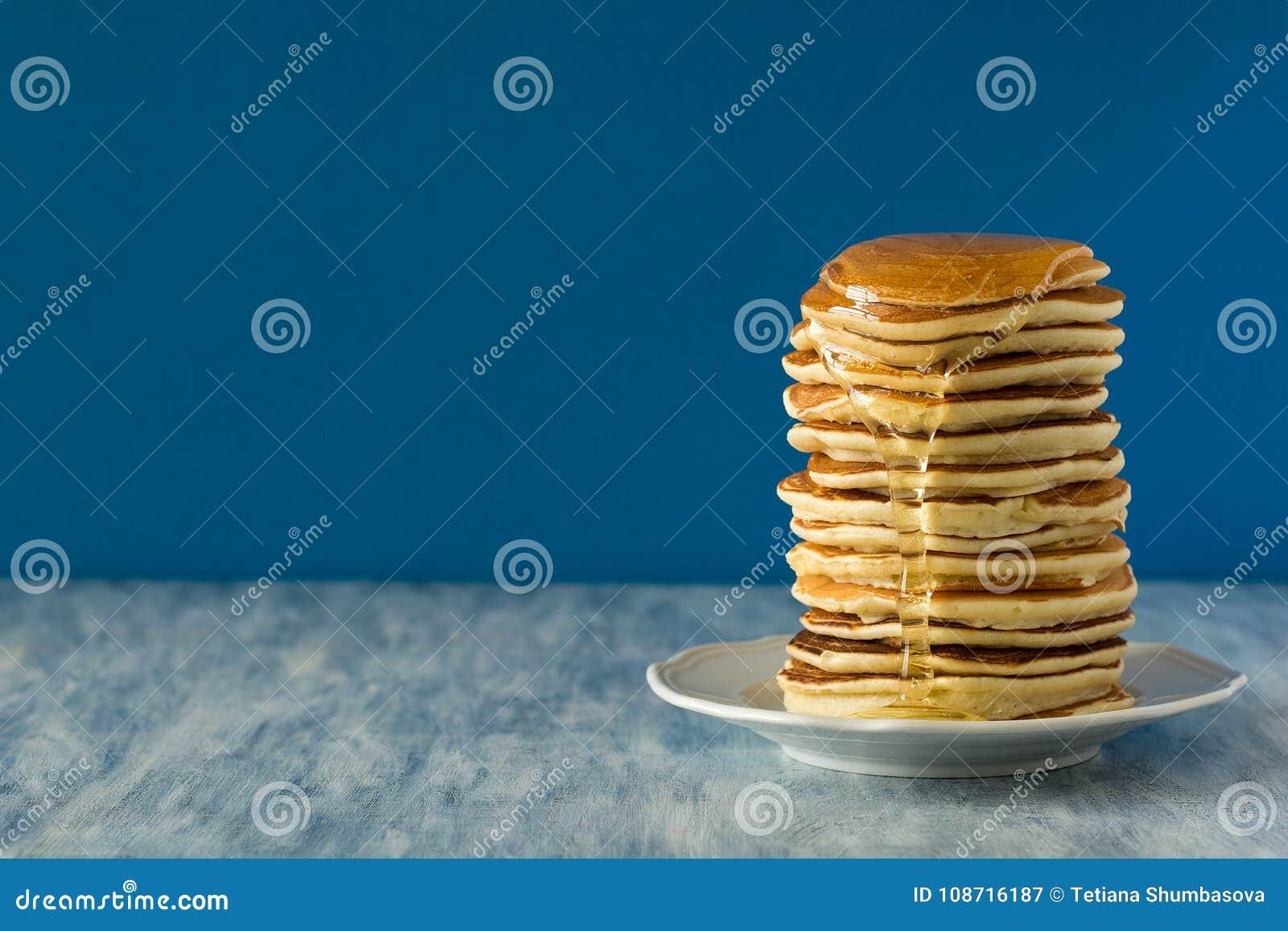 Bunt av pannkakor med honen