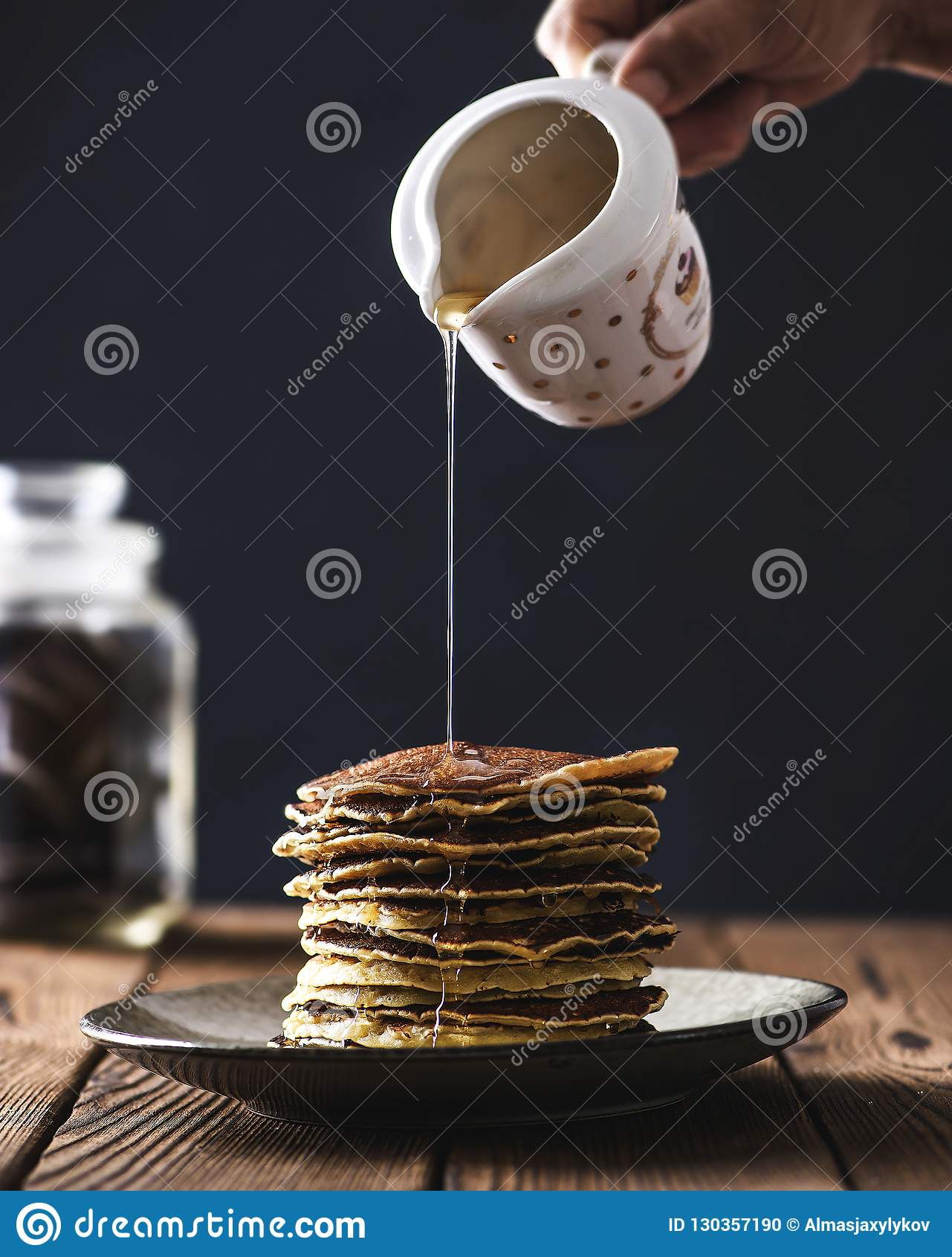 Bunt av pannkakor med honungsirap