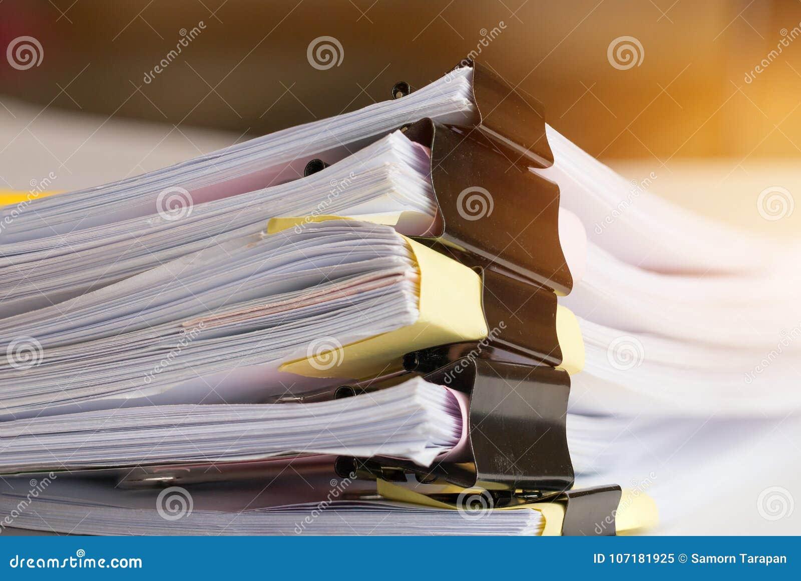 Bunt av pappers- dokument med gemet, hög av oavslutade dokument
