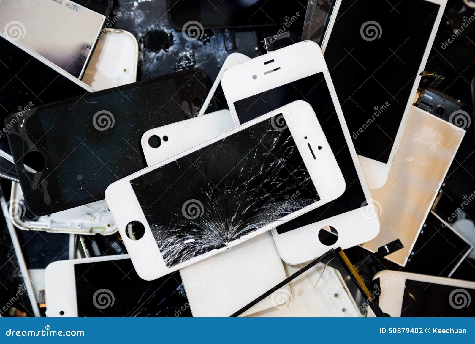 Bunt av smarta telefoner med den spruckna och skadade LCD-skärmen