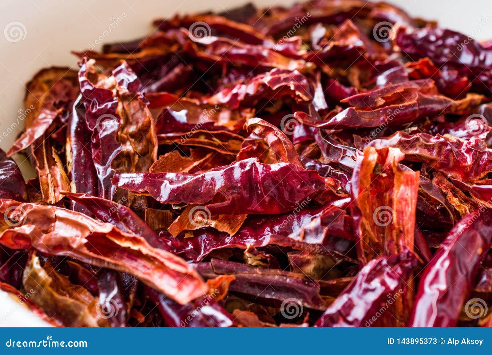 Bunt av torkad r?d chili- eller chilikajennpeppar i bunke